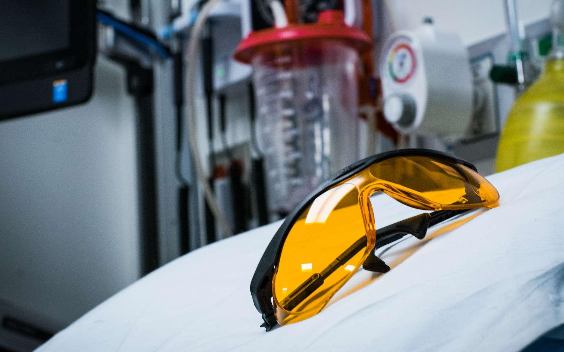 Des neuroscientifiques estiment que le port de lunettes filtrant la lumière bleue – que les chercheurs ont liée à l'inflammation, à la mort des cellules cérébrales et à une mortalité accrue – pourrait aider les patients cardiaques à mieux récupérer. © Université de Virginie de l'Ouest