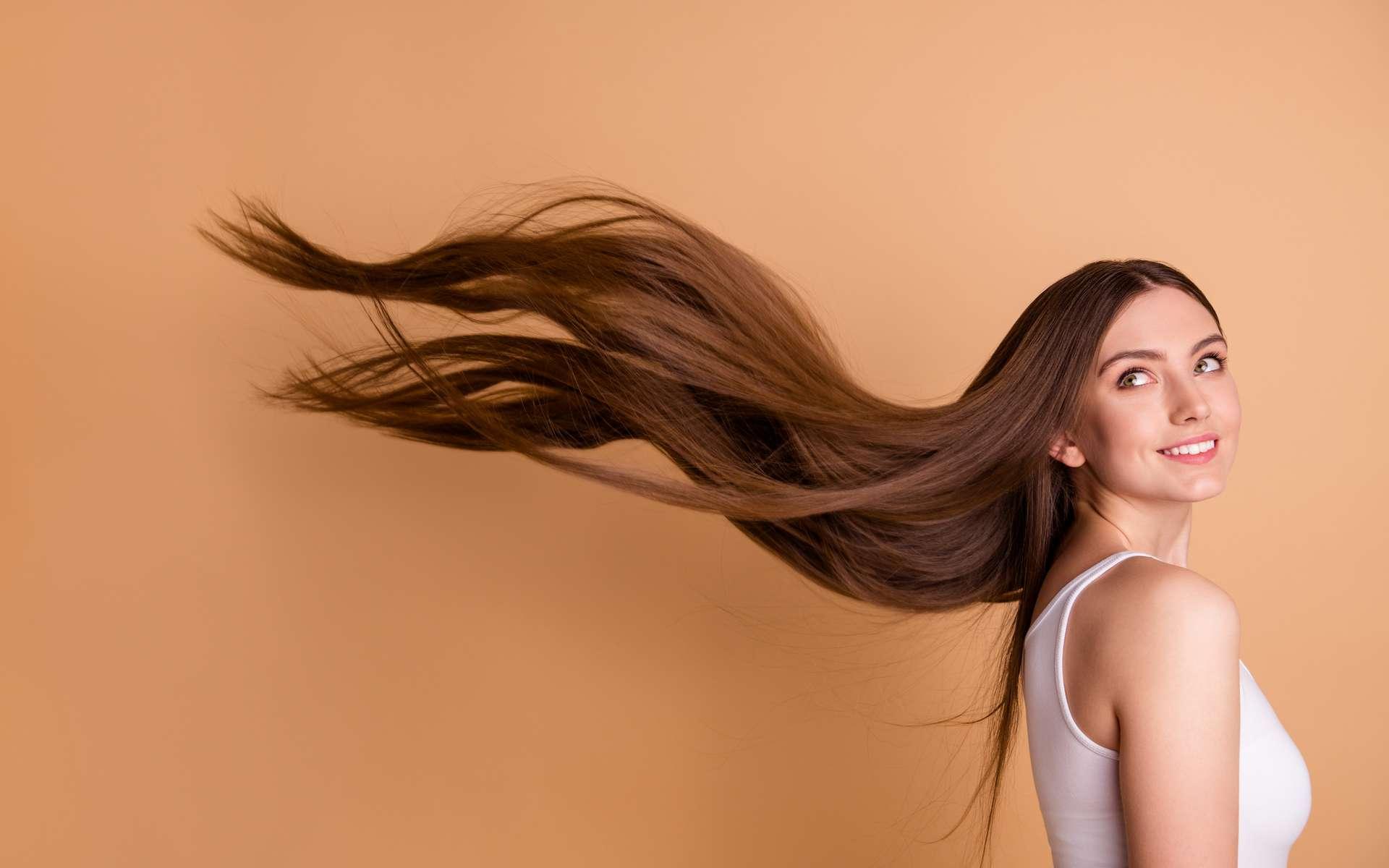 La phase de pousse du cheveu dure plus longtemps chez les femmes. © eagreez, Adobe Stock
