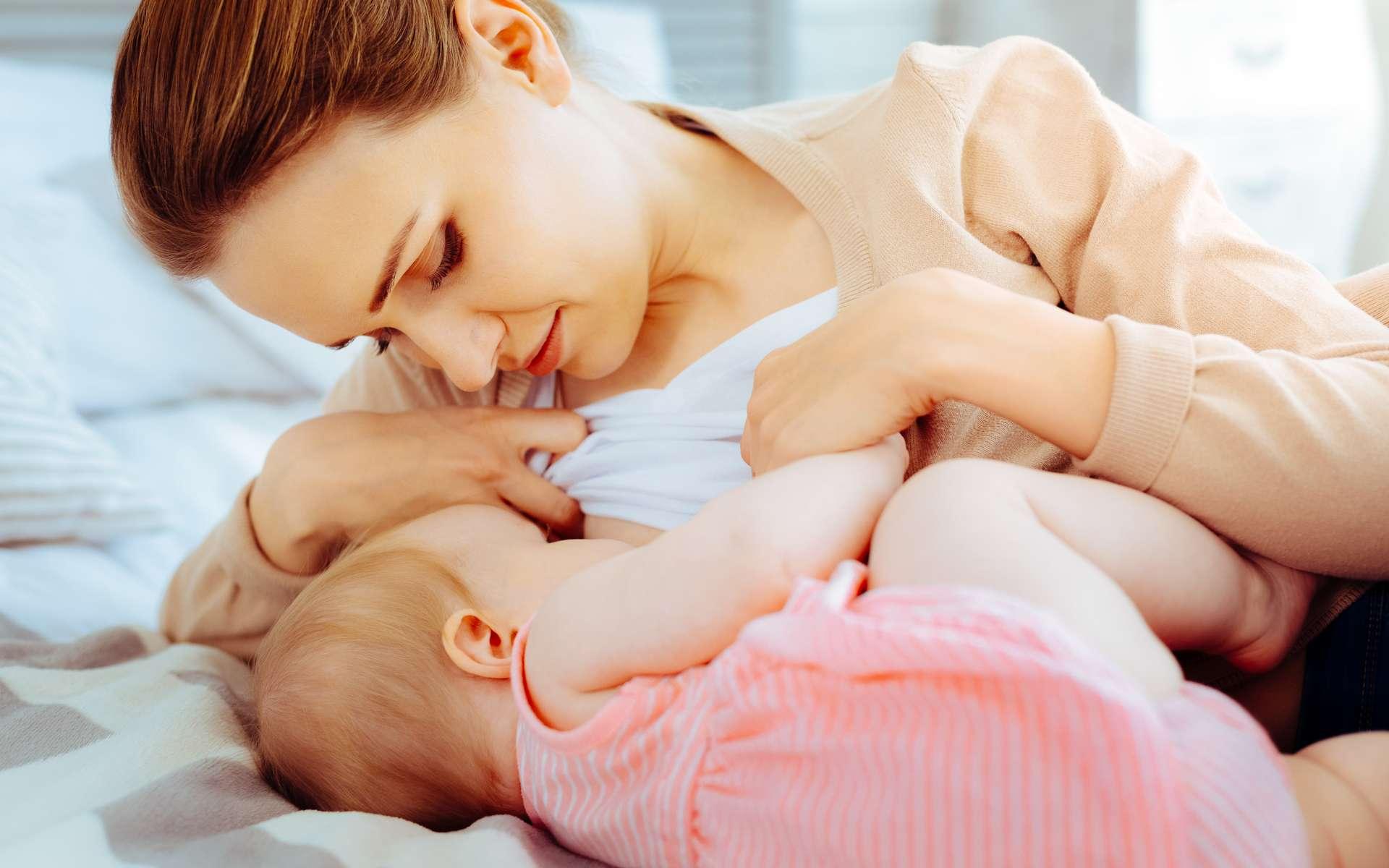 L'allaitement maternel permet de donner au bébé le lait maternel, unique, que le lait industriel ne remplace pas. Les bénéfices sont à la fois pour le bébé et la mère. © Viacheslav Iakobchuk, Adobe Stock