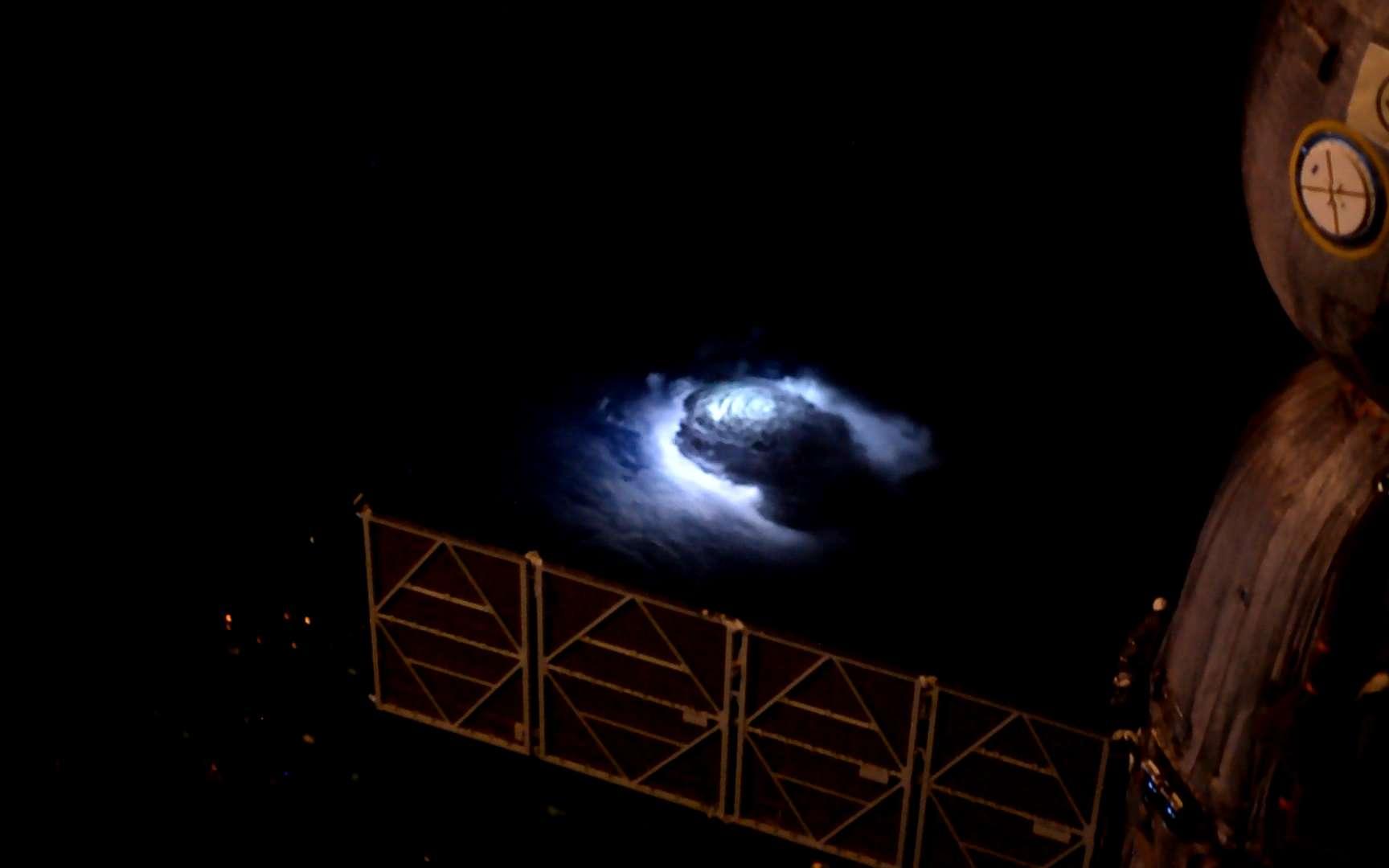 Jets bleus photographiés de l'espace par Andreas Mogensen en 2015. © ESA, Nasa