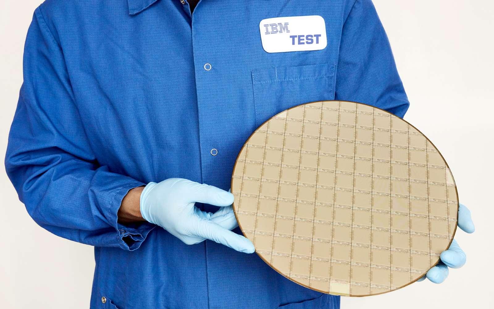 Le mainframe du processeur comporte 32 puces dotées elles-mêmes de 16 cœurs. © IBM