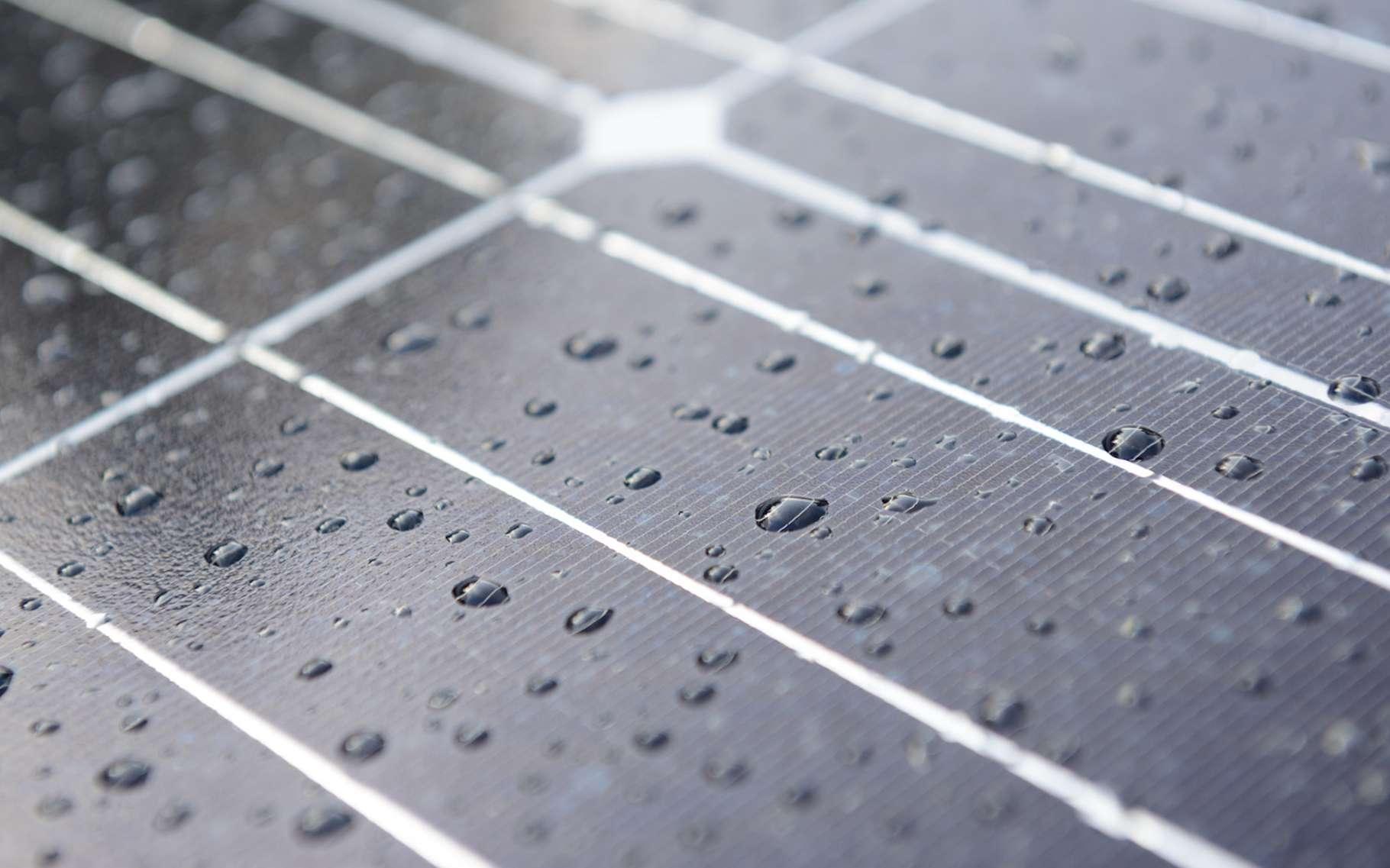 Des chercheurs chinois ont mis au point un panneau solaire qui peut également exploiter l'énergie des gouttes de pluie. © Vincent, Fotolia