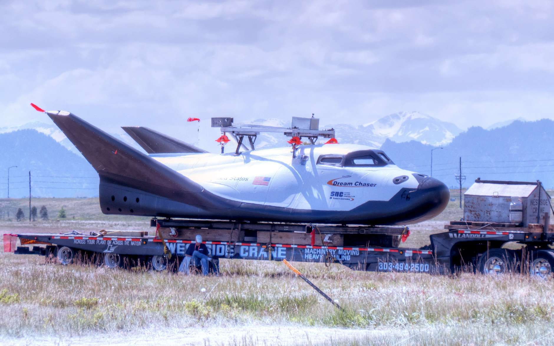 La mininavette Dream Chaser de Sierra Nevada. Ce planeur spatial se base sur le système de transport HL-20 développé par le Centre Langley de la Nasa au milieu des années 1980. Il sera lancé par un Atlas V et se posera comme un avion. On le voit ici en mai 2012 avant des essais de largage. © Sierra Nevada
