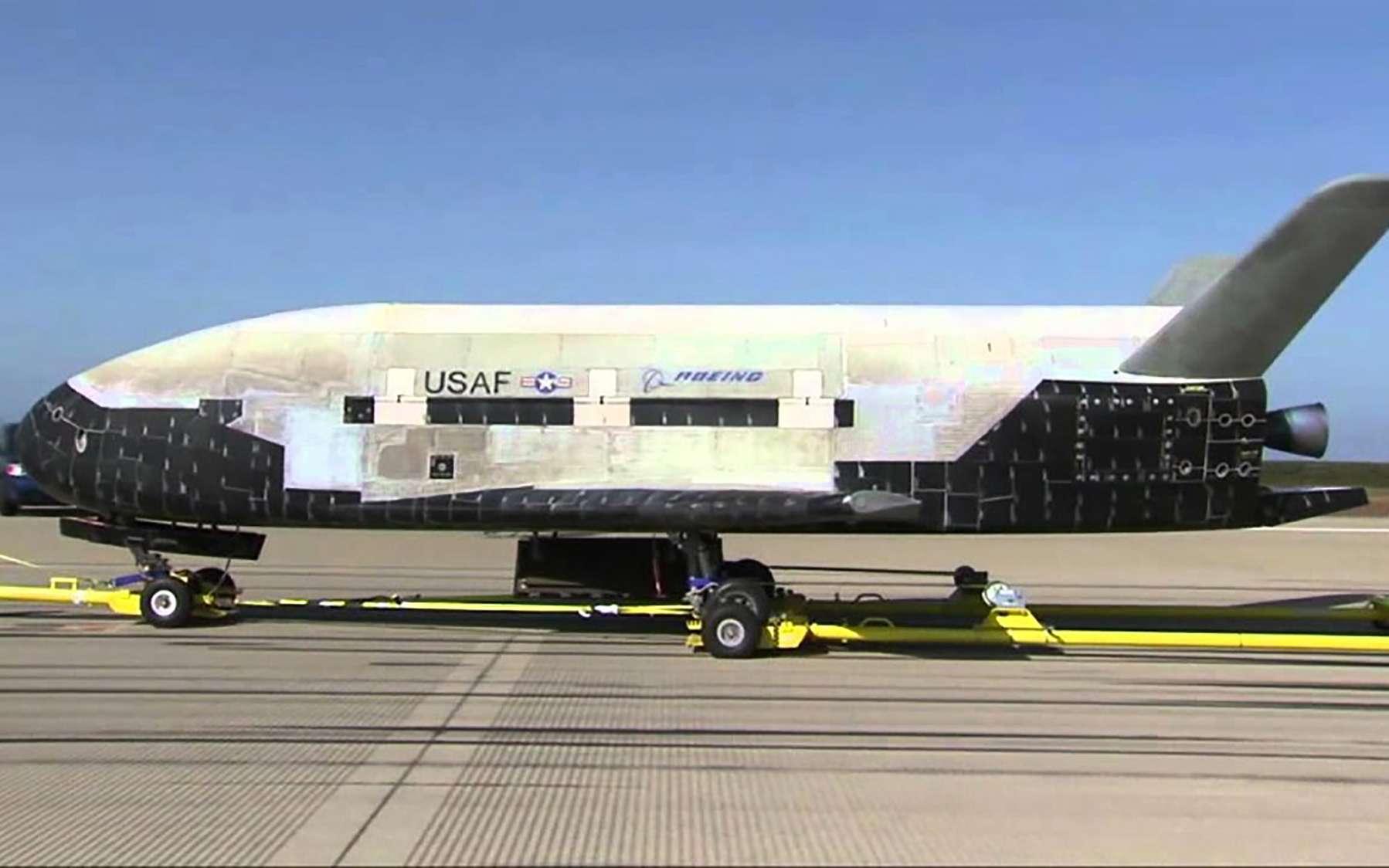 Un des deux X-37B en service du programme Orbital Test Vehicle (OTV). Il est vu ici après une mission de retour d'orbite. © U.S. Air Force, Nasa