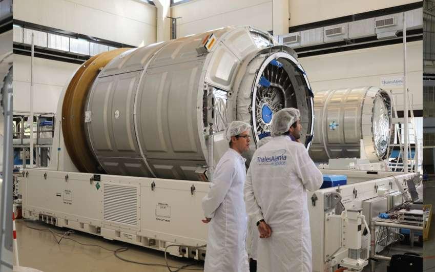 Dans l'usine turinoise de Thales Alenia Space, on s'affaire autour des modules pressurisés de Cygnus. Au centre, un module standard et, à droite, la version améliorée qui permet d'emporter une charge utile plus importante. © Rémy Decourt