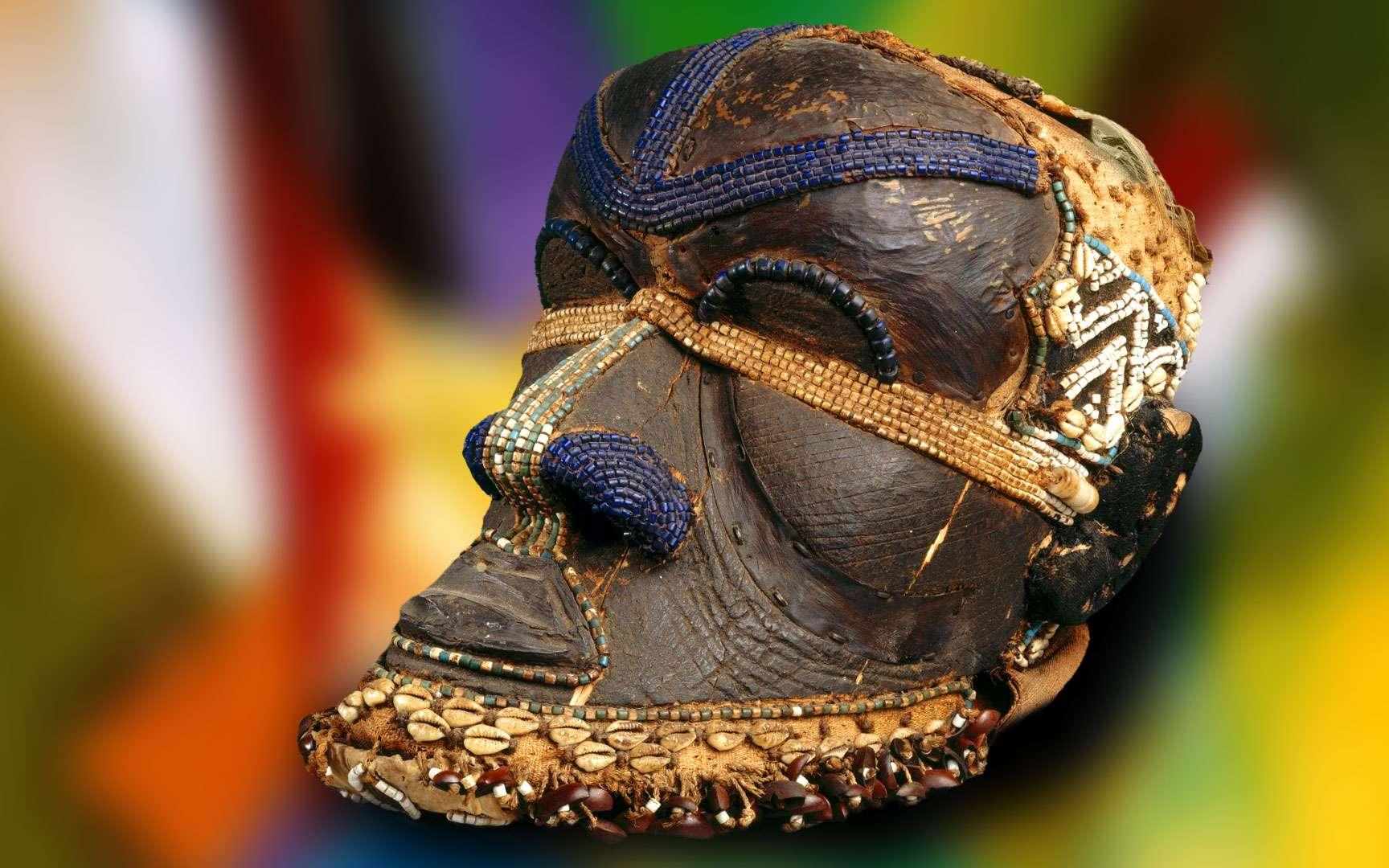 Masque Bwoom du royaume kuba. Le royaume kuba, une entité étatique et politique située en République démocratique du Congo, regroupe environ 20 peuples. La mythologie des Kubas tourne autour de trois figures principales : Woot, le créateur de la dynastie dirigeante, sa femme et Bwoom, le petit frère de Woot. Ce masque, exposé au Brooklyn Museum à New York, représente le visage de Bwoom. Localisation : République démocratique du Congo. © Brooklyn Museum, Wikimedia Commons, CC by 3.0