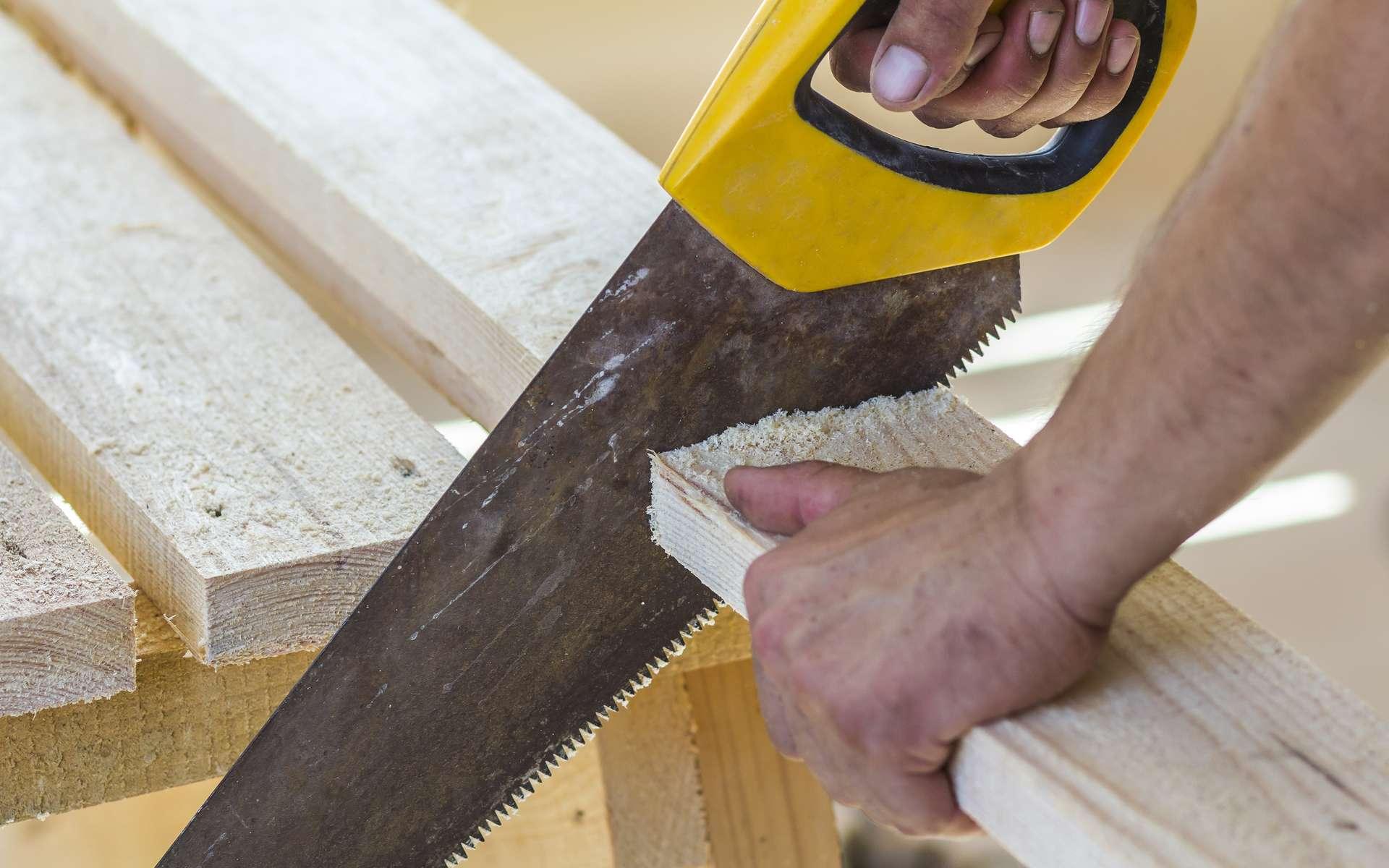 Couper le bois, le plâtre, le métal avec une scie à main est rapide et précis à condition de bien choisir la lame de la scie. Une scie à main pour le bois ne convenant pas pour découper un autre matériau. Une denture à double biseau permet un travail de coupe en poussée comme en traction. © bilanol, Adobe Stock