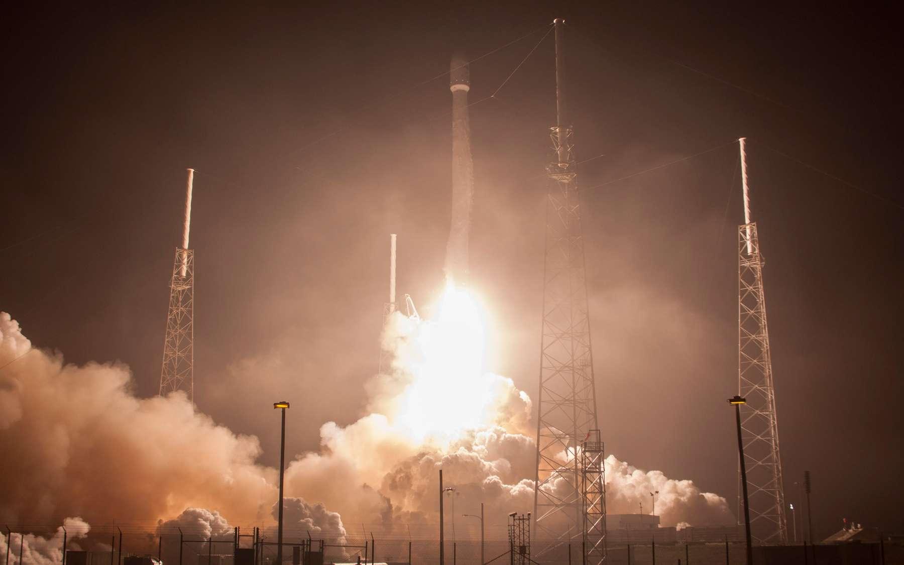 Beau lancement de nuit d'un Falcon 9 de SpaceX. Le prochain tir est prévu dans moins de trois semaines avec le lancement du satellite TürkmenÄlem construit par Thales Alenia Space. © SpaceX