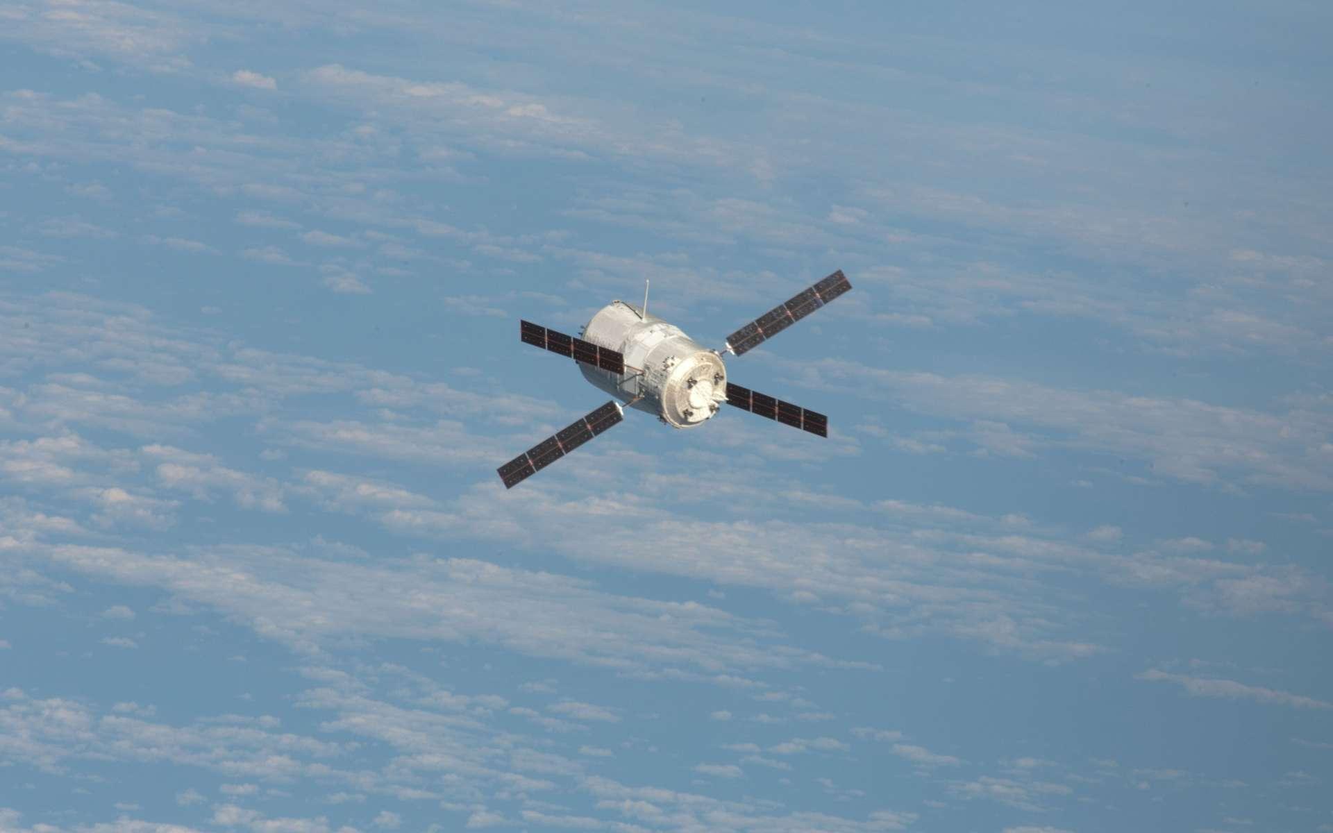 Cette image montre l'ATV-3 Edoardo Amaldi quelques heures avant son amarrage à la Station spatiale internationale. Six mois après cette manœuvre, il s'apprête à faire le chemin inverse et à plonger dans l'atmosphère terrestre pour s'y détruire. © Nasa