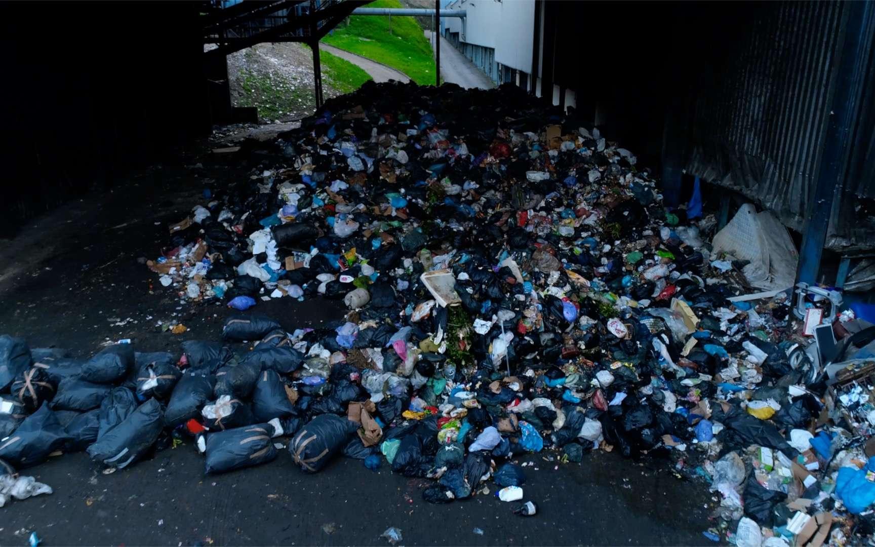 Un amas de déchets dans un entrepôt