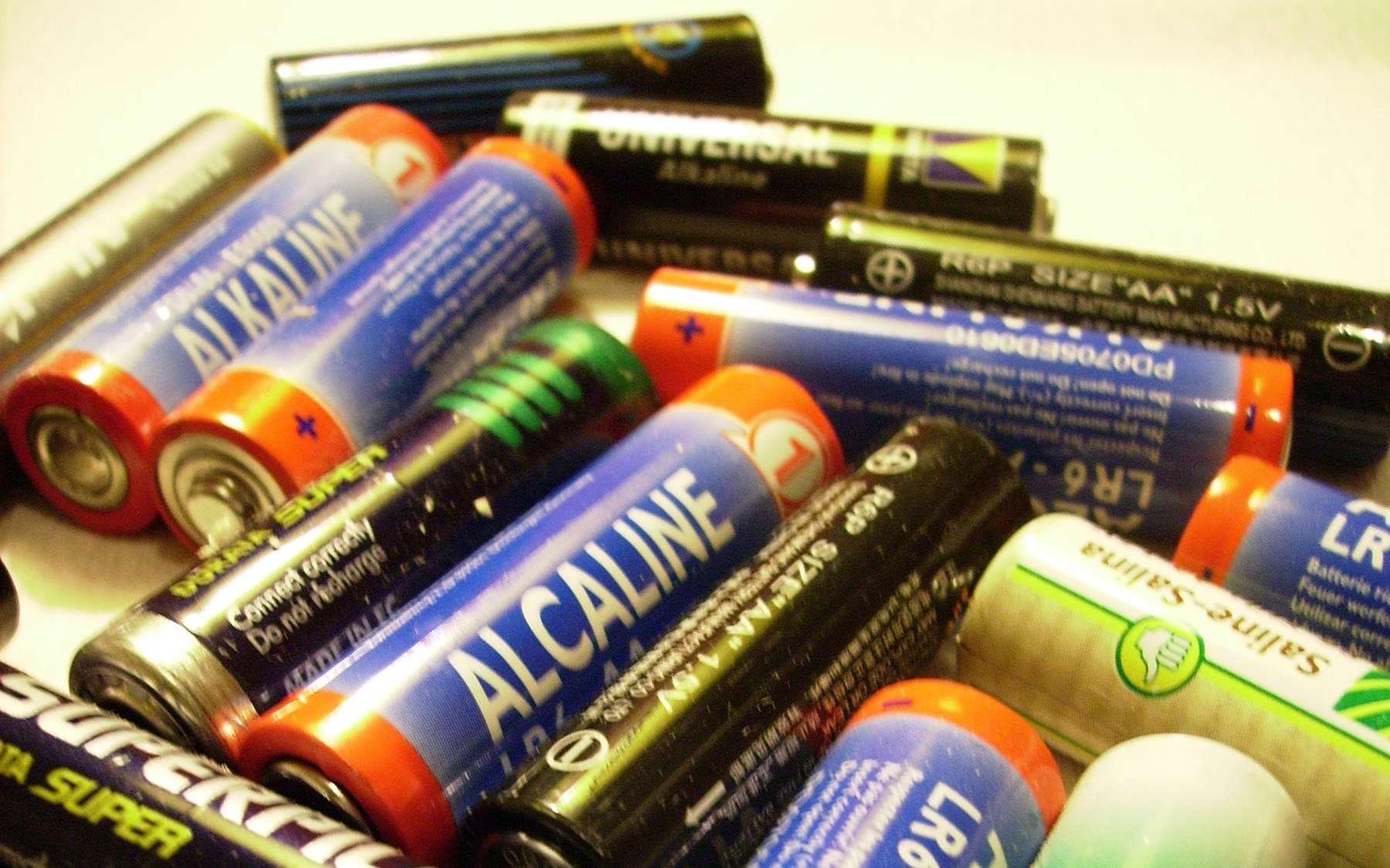 Les piles fonctionnent sur le principe de la cellule électrochimique. © Alipho, Wikipedia, CC by-sa 3.0
