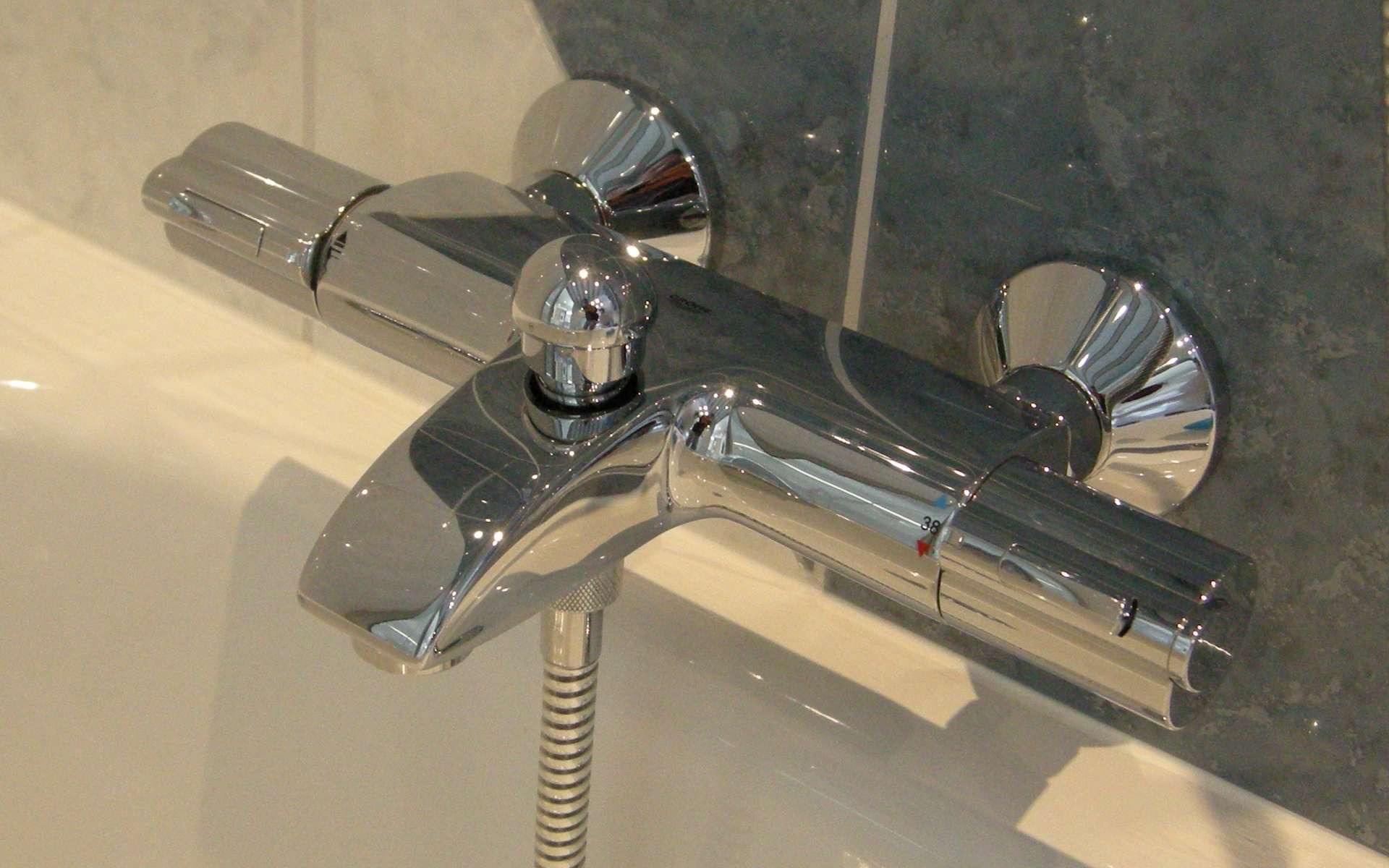 Le robinet thermostatique, à poser pour une baignoire, facilite les économies d'eau. © Philip Bosma, Wikimedia Commons, GNU Free Documentation License