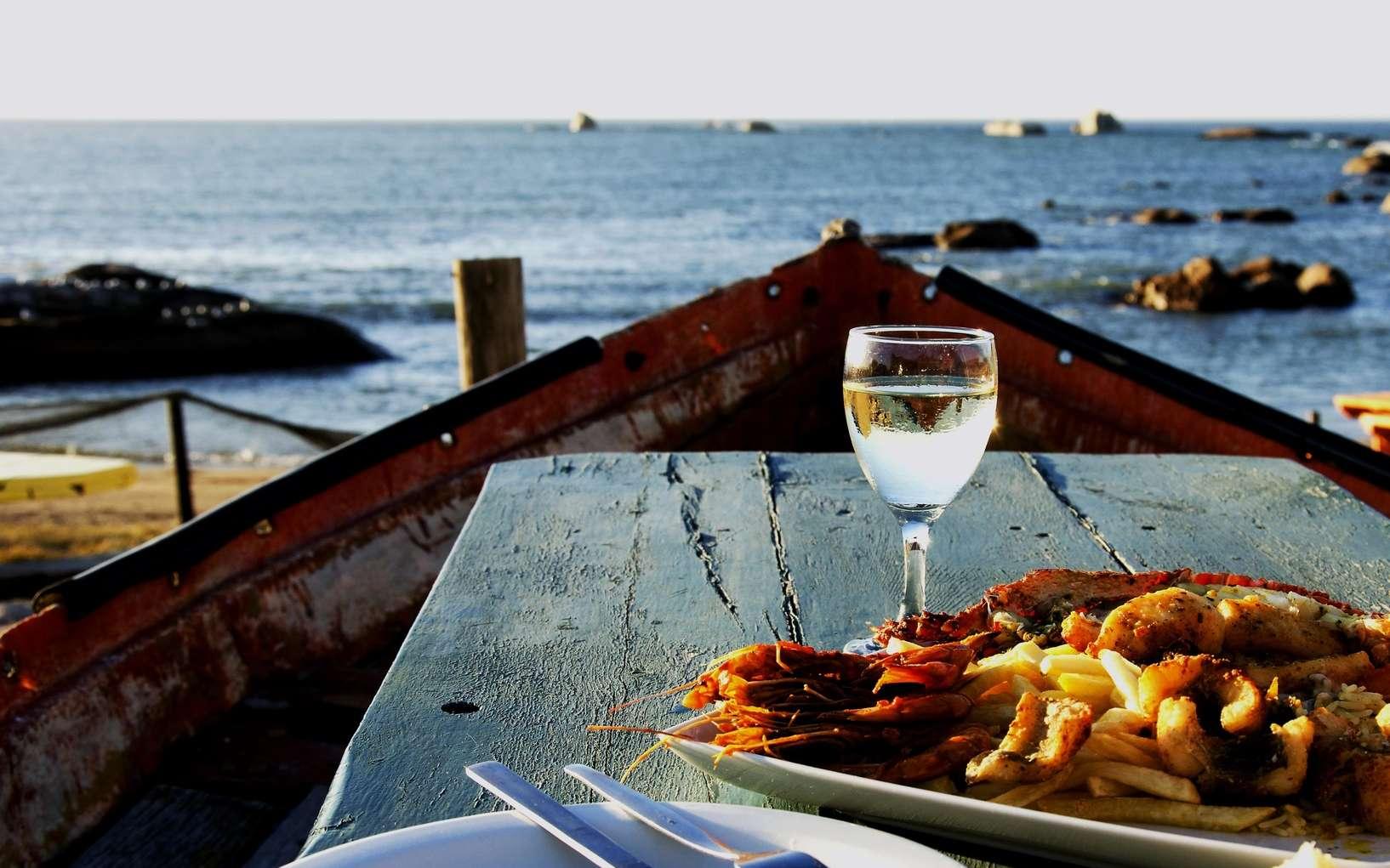 Préférer du vin blanc avec du poisson : une habitude qui s'expliquerait par la science. © wilddrago, Fotolia