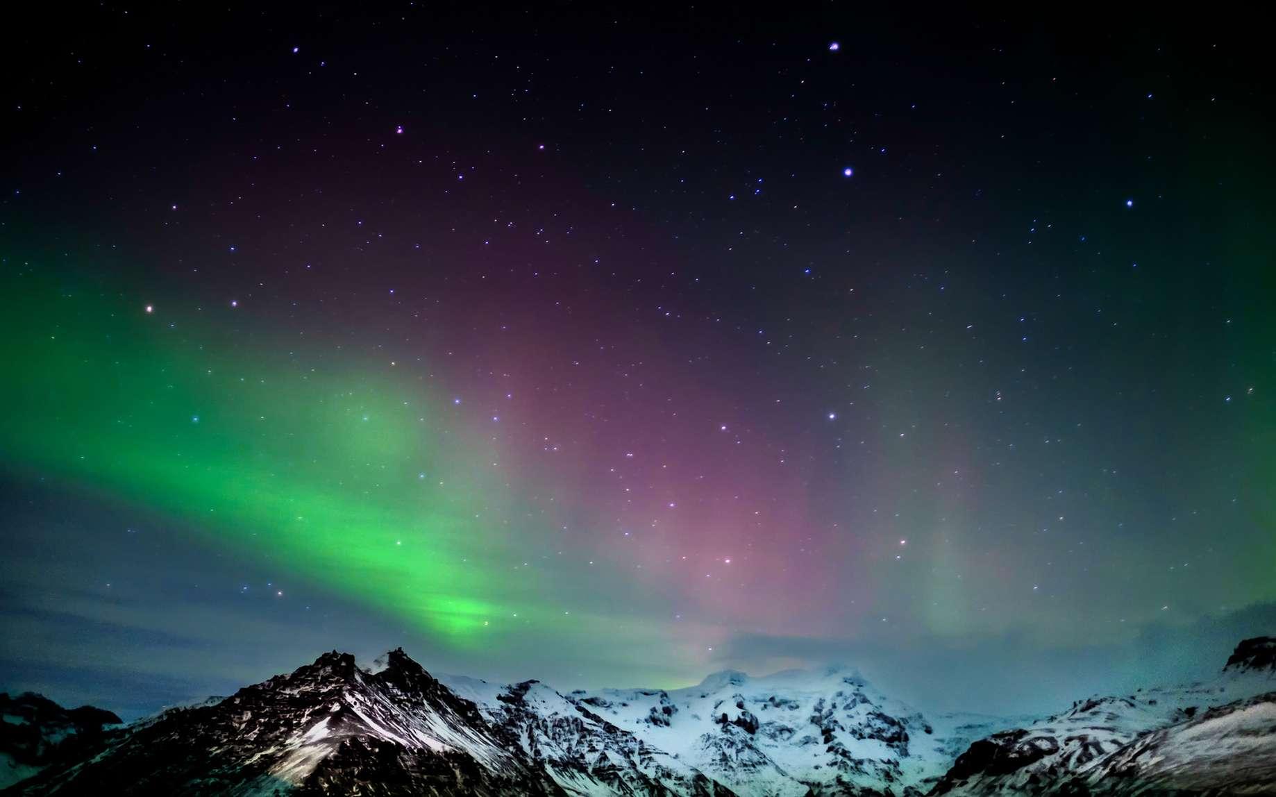 Aurore boréale qui embrase le ciel du sud de l'Islande. © philipbird123, fotolia