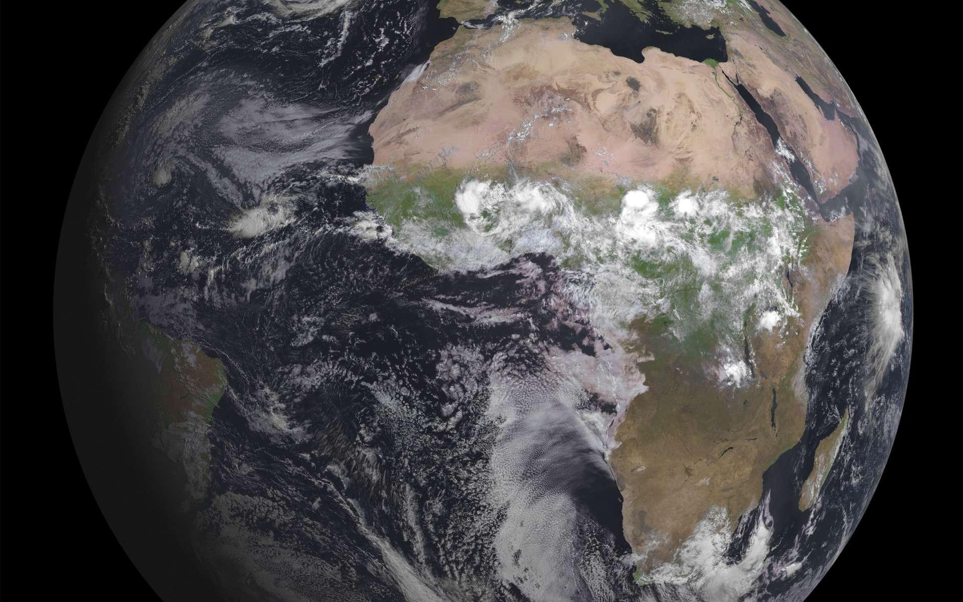 Cette première image du troisième satellite Meteosat de seconde génération montre que Seviri, l'instrument principal, fonctionne parfaitement. Lorsqu'il sera pleinement déployé, il balaiera la surface de la Terre et l'atmosphère toutes les 15 minutes dans 12 longueurs d'onde différentes, afin de suivre le développement des nuages et du temps qu'il fera les heures suivantes. © Eumetsat