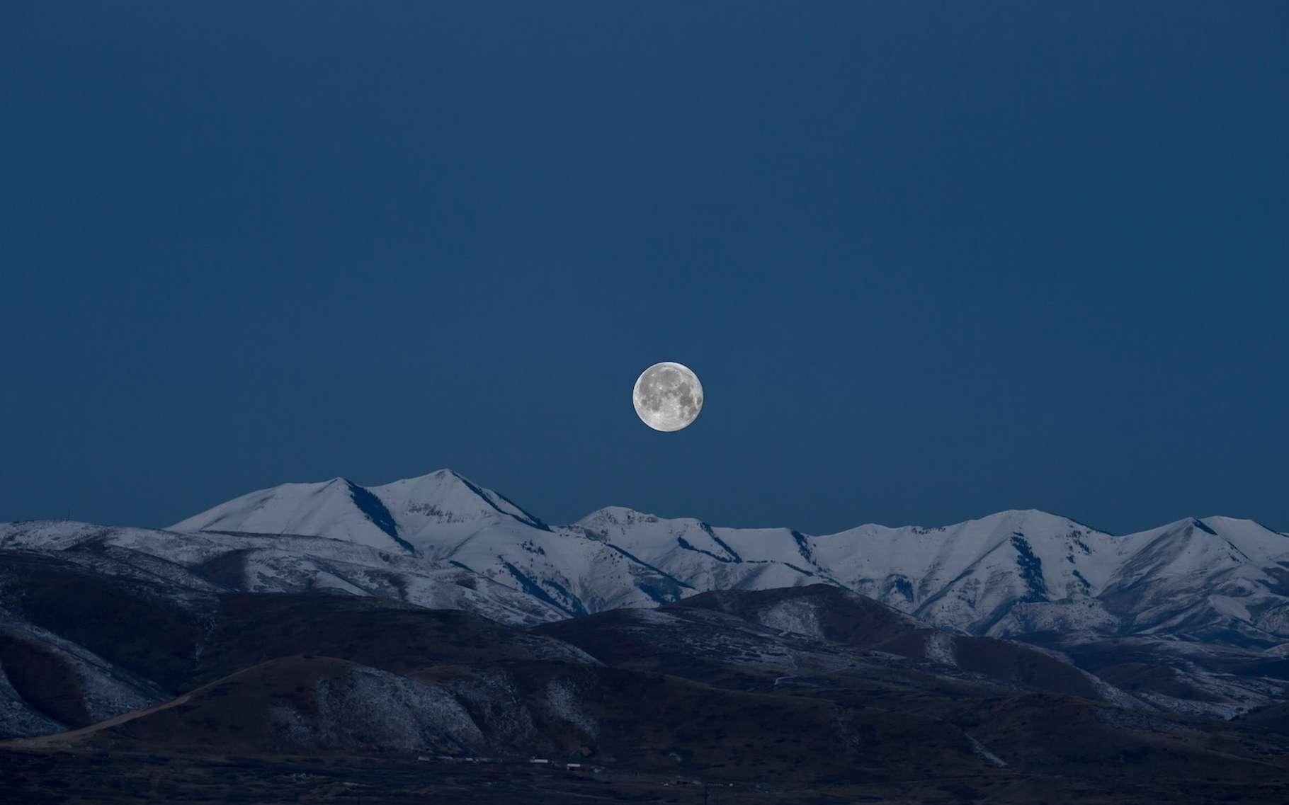 Lorsque la Lune est à son apogée, elle nous apparaît légèrement plus petite qu'habituellement. © Benjamin Child, Unsplash