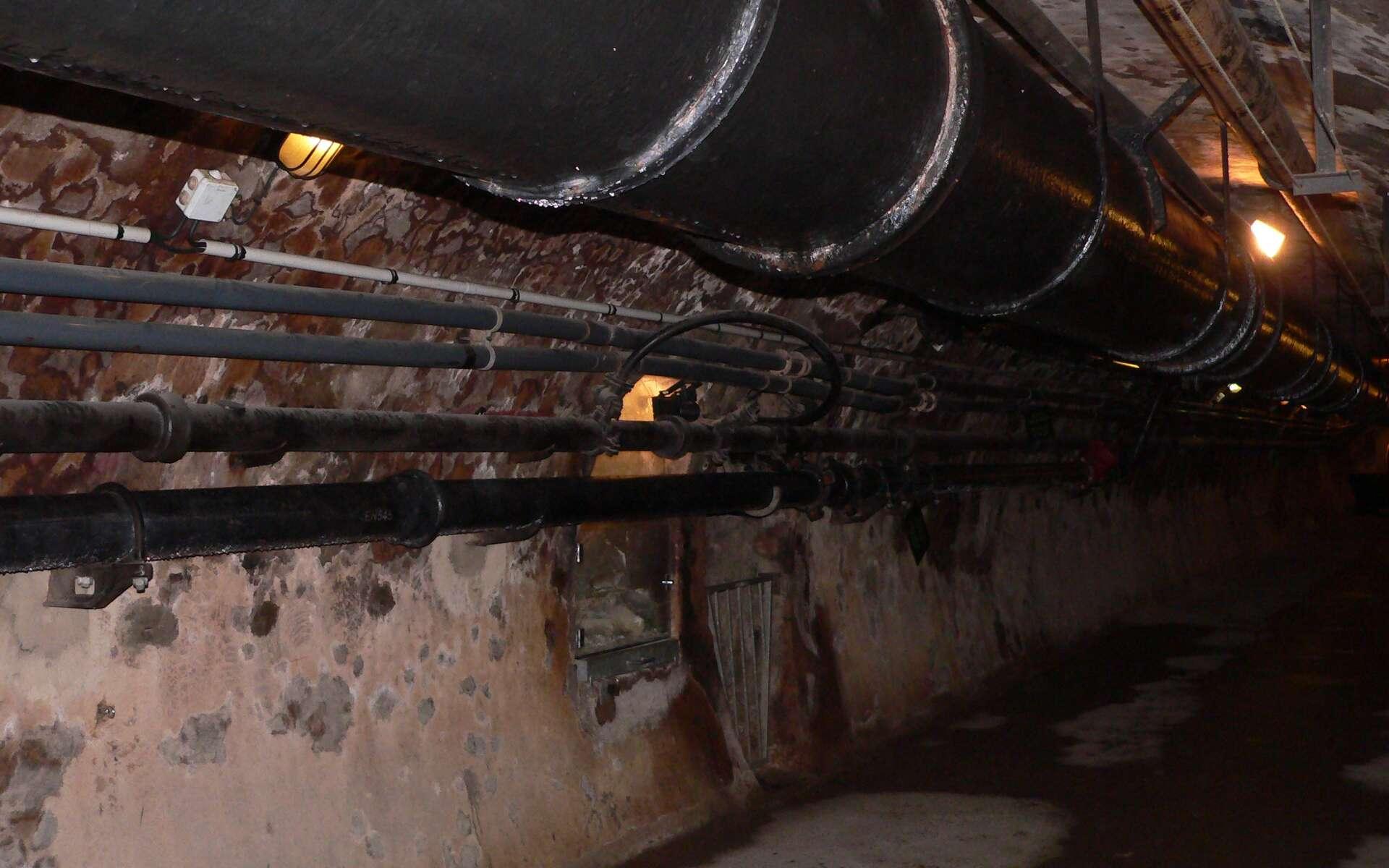 Les canalisations souterraines courent le long des parois dans les égouts de Paris. © Rama, CC BY-SA 3.0, Wikimedia Commons