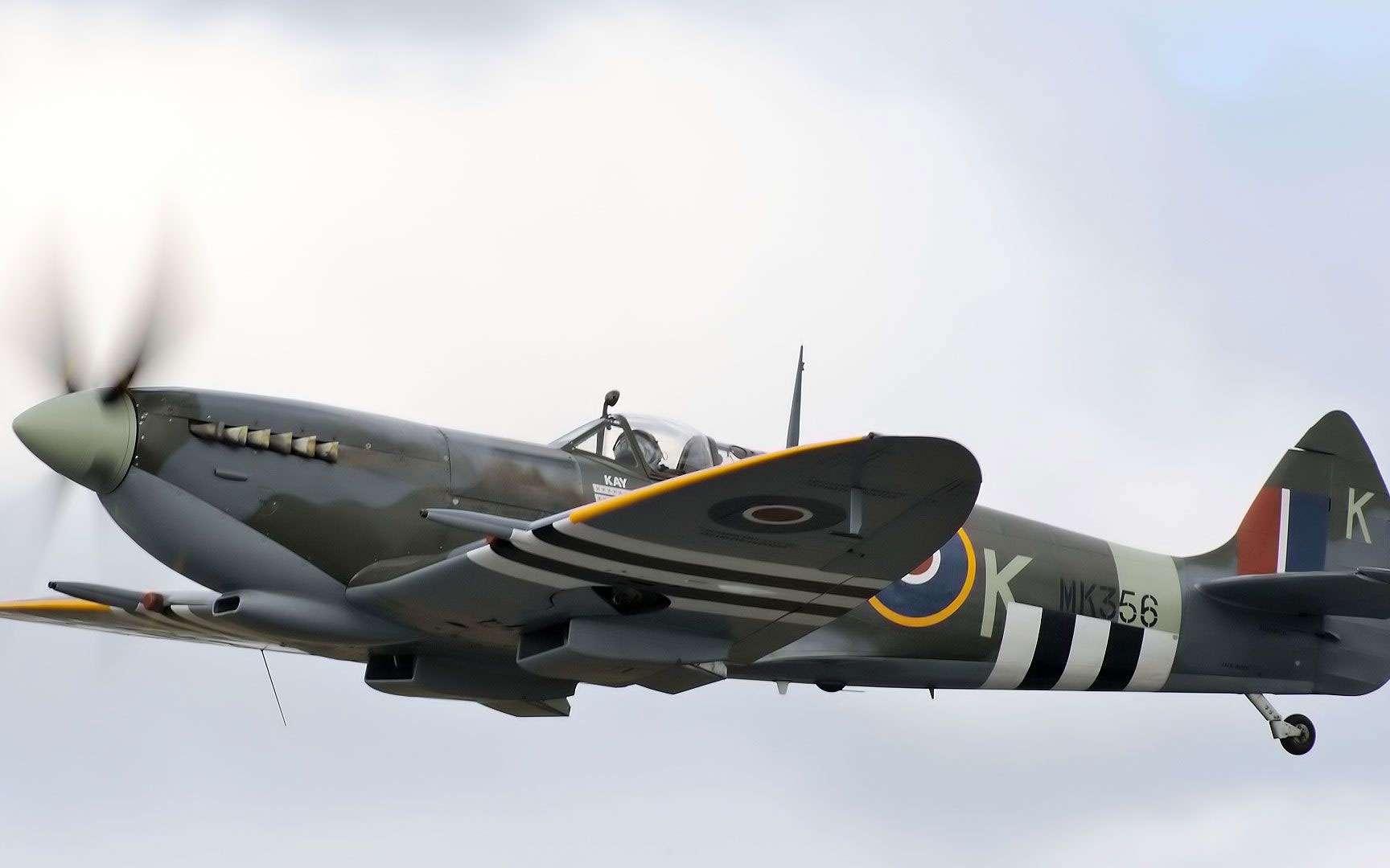 Le Supermarine Spitfire et son moteur Rolls-Royce. Avec le Messerschmitt Bf 109, le Supermarine Spitfire est l'autre avion de chasse légendaire à s'être illustré durant la seconde guerre mondiale. C'est notamment grâce à lui que la Royal Air Force britannique a pu remporter la célèbre bataille d'Angleterre. Ce monoplan à ailes elliptiques se caractérise par son profil très aérodynamique qui lui permettait d'atteindre les 650 km/h grâce à son moteur Rolls-Royce. Le Supermarine Spitfire fut produit à plus de 20.300 exemplaires, avec des déclinaisons utilisées par plusieurs pays, notamment l'Égypte, la France, Israël ou encore la Turquie. © Jez, CC by-nc 2.0