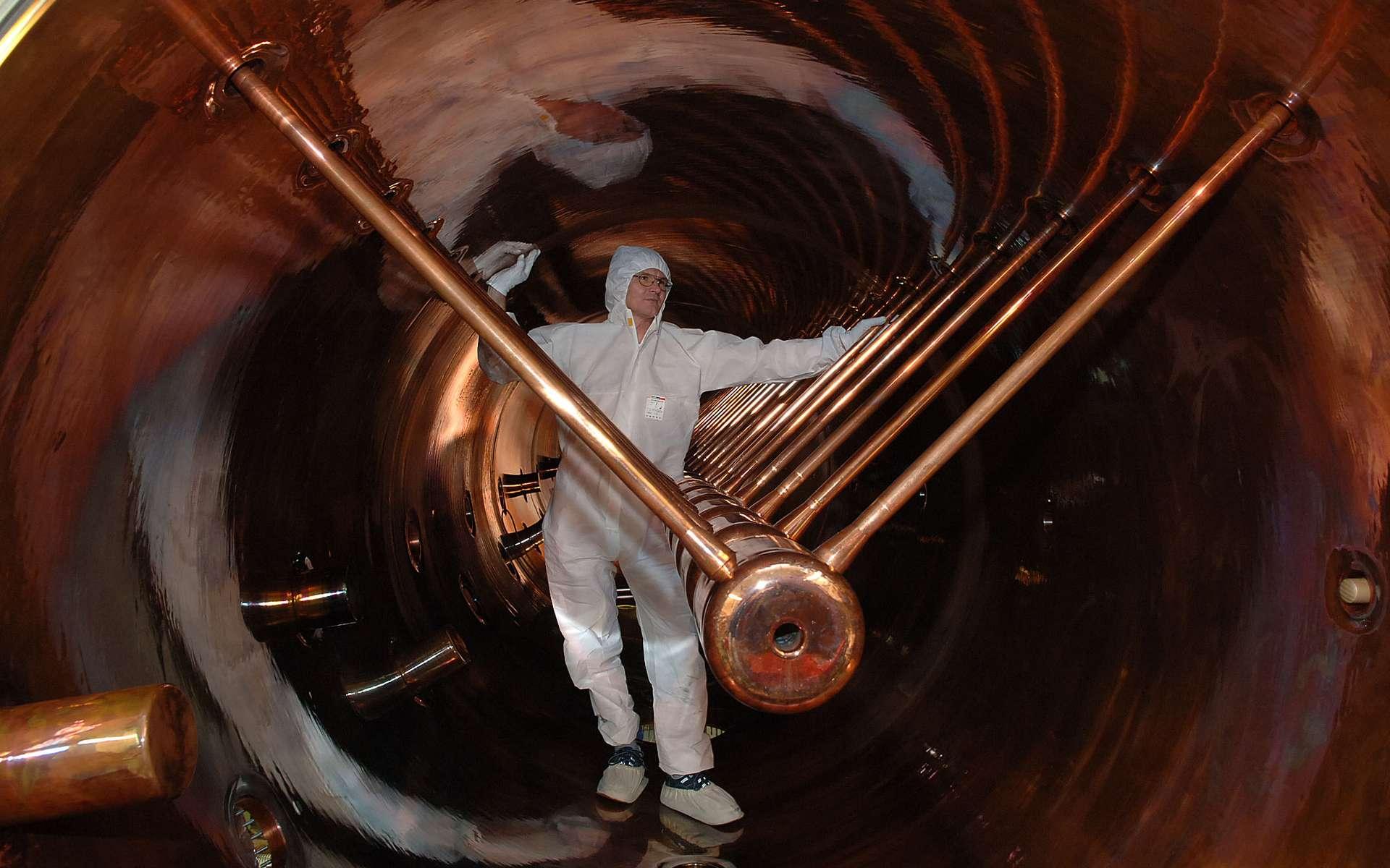 L'intérieur de l'accélérateur linéaire de 120 mètres long du GSI (Gesellschaft für Schwerionenforschung) à Darmstadt en Allemagne. Il a permis d'accélérer les ions utilisés pour produire de nouveaux éléments et des isotopes radioactifs. © G. Otto, Gesellschaft für Schwerionenforschung