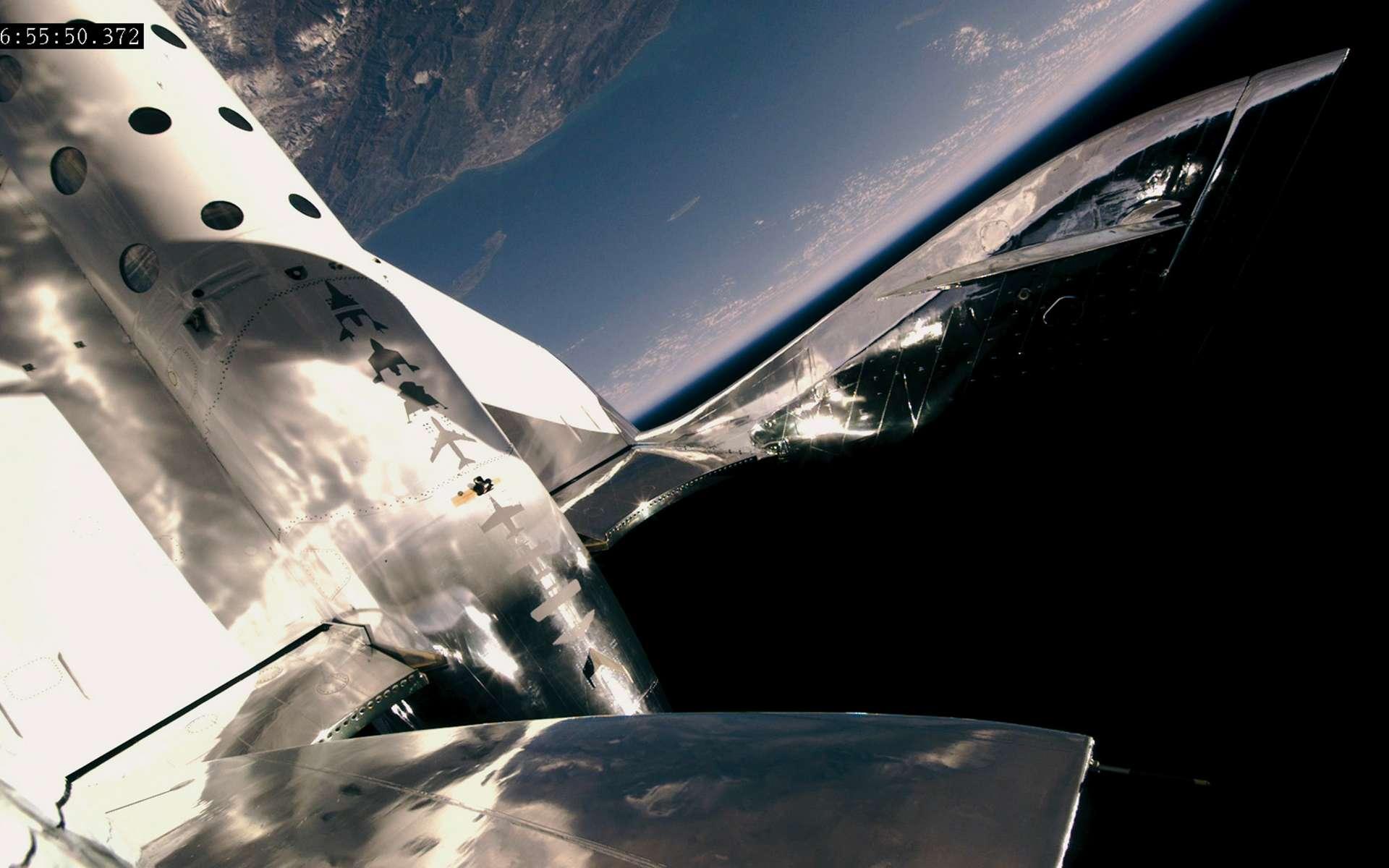 Le SpaceShipTwo de Virgin Galactic lors de son cinquième vol motorisé à seulement 10 kilomètres des 100 kilomètres de la frontière de l'espace définie par la Fédération aéronautique internationale. © Virgin Galactic