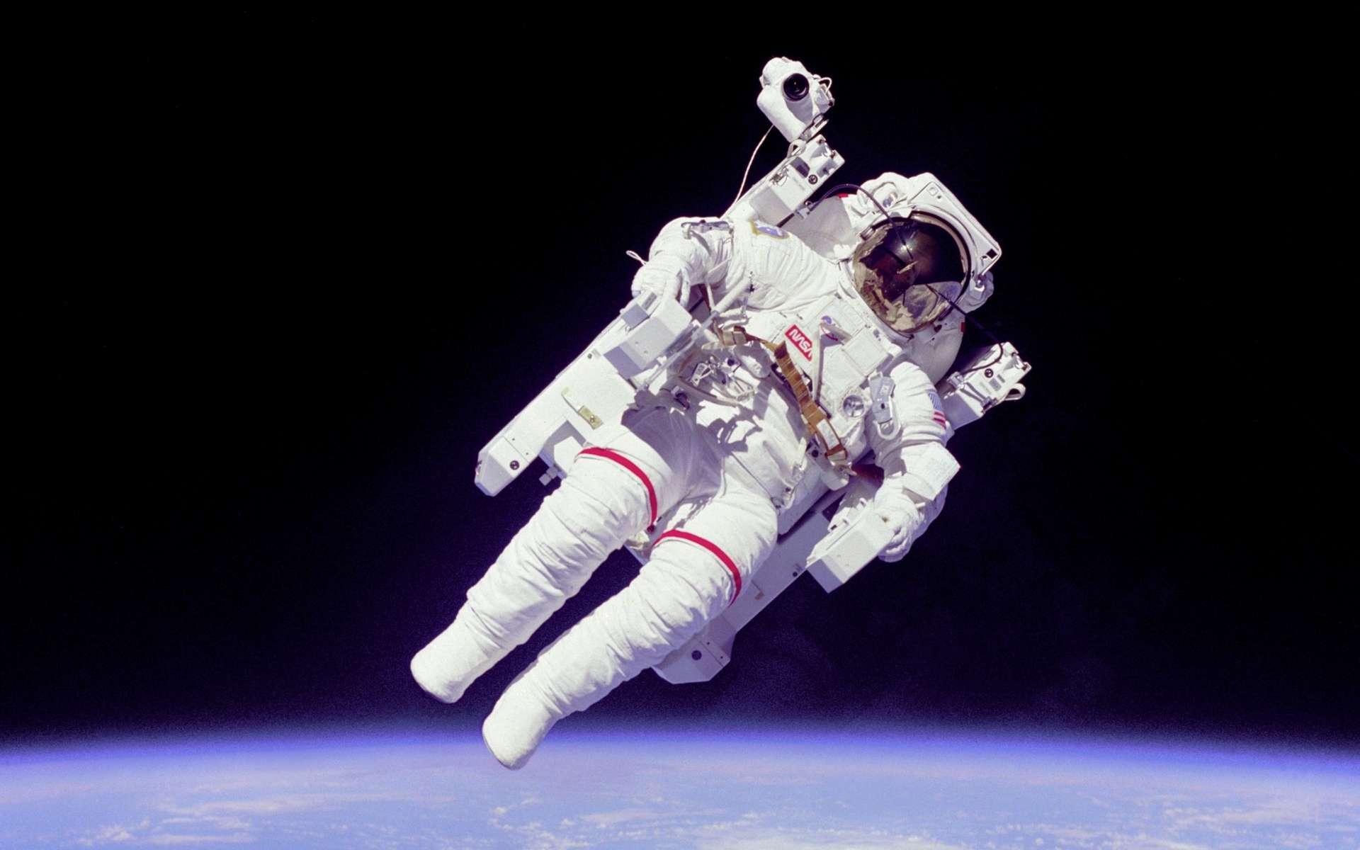 L'astronaute Bruce McCandless II lors de la mission STS-41B en 1984, à quelques mètres de la navette spatiale Challenger et lors de la toute première sortie libre dans l'espace. © Nasa