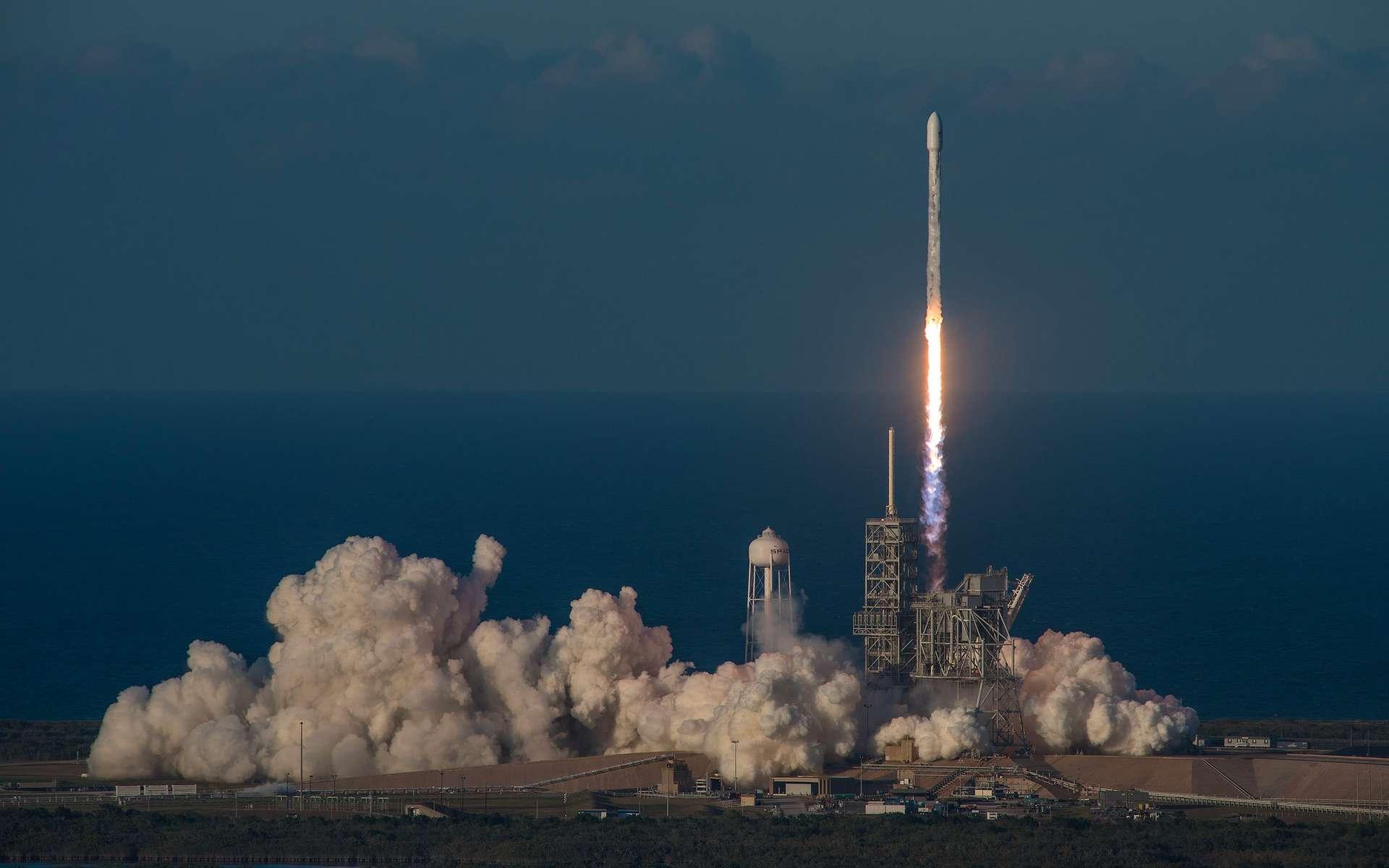 Décollage d'un lanceur Falcon 9 avec une capsule Dragon à destination de l'ISS pour la deuxième fois après un premier vol en septembre 2014. © Nasa