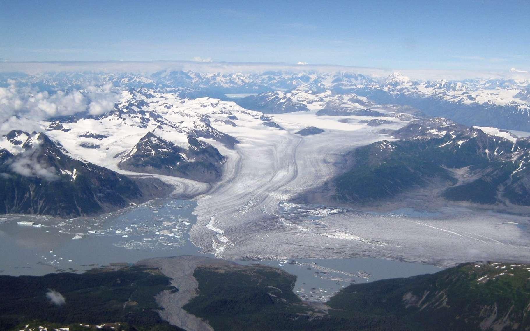 En Alaska, les glaciers comme celui du Yakutat, dans le sud-est de l'État, fondent depuis la fin de la petite période glaciaire. Les chercheurs de l'université de l'Alaska à Fairbanks (États-Unis) ont trouvé un lien avec les tremblements de terre qui surviennent dans la région. © Sam Herreid, Université de l'Alaska