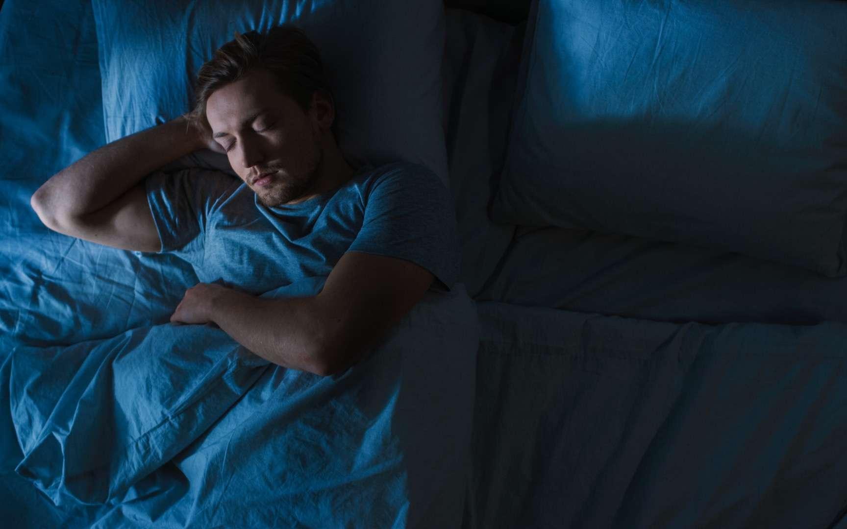 Méfiez-vous de votre literie domestique, oreiller et couette en plume peuvent être à l'origine de graves infections pulmonaires. © Gorodenkoff, Adobe Stock