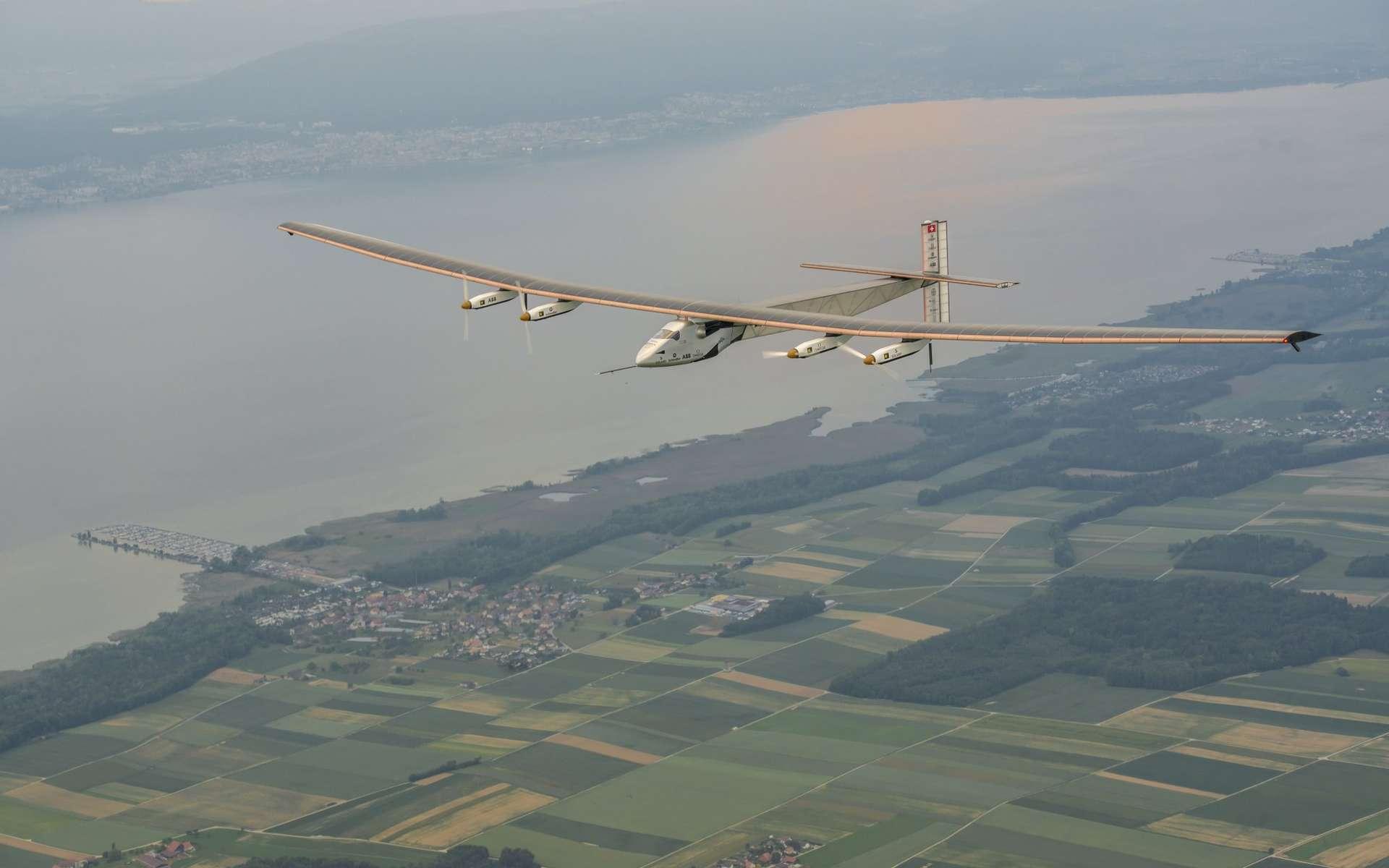 Aux mains de Markus Scherdel, le Si2 de Solar Impulse effectue son tout premier vol ce lundi 2 juin 2014 autour de Payerne, à une vitesse moyenne de 30 nœuds, soit environ 56 km/h. © Solar Impulse, Revillard, Rezo.ch