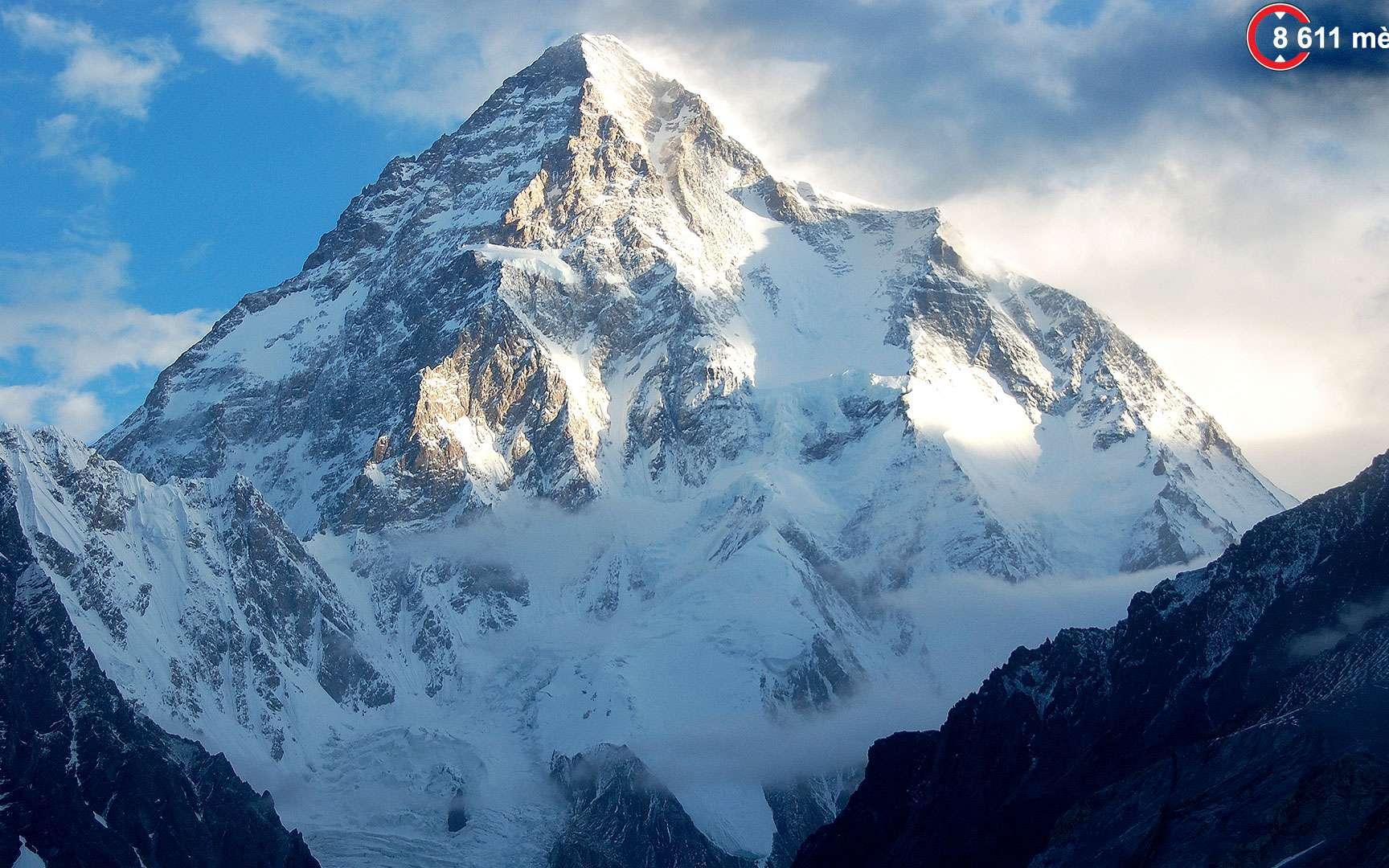 K2, la « montagne sans pitié ». Avec 8.611 mètres, le K2 est le deuxième plus haut sommet du monde, situé à la frontière entre la Chine et le Pakistan dans le massif du Karakoram. Pourtant, il est considéré comme beaucoup plus délicat à gravir et dangereux que l'Everest. Seulement un peu plus de 300 alpinistes sont parvenus au sommet et 81 personnes y ont péri. À ce jour, aucune ascension n'a été entreprise en hiver au vu des conditions extrêmes. © Maria Ly CC by 2.0