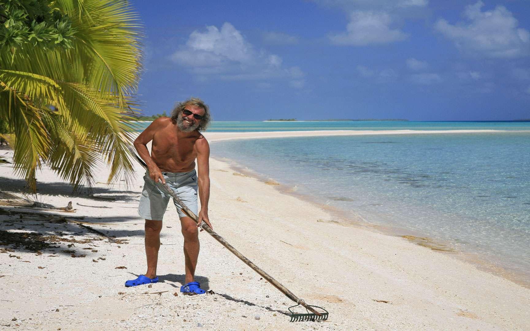 Antoine au travail dans l'archipel des Tuamotu. Les principaux atolls sont Anaa, Manihi, Rangiroa, Fakarava, Hao, Makemo, Tikehau et Mataiva. © Antoine