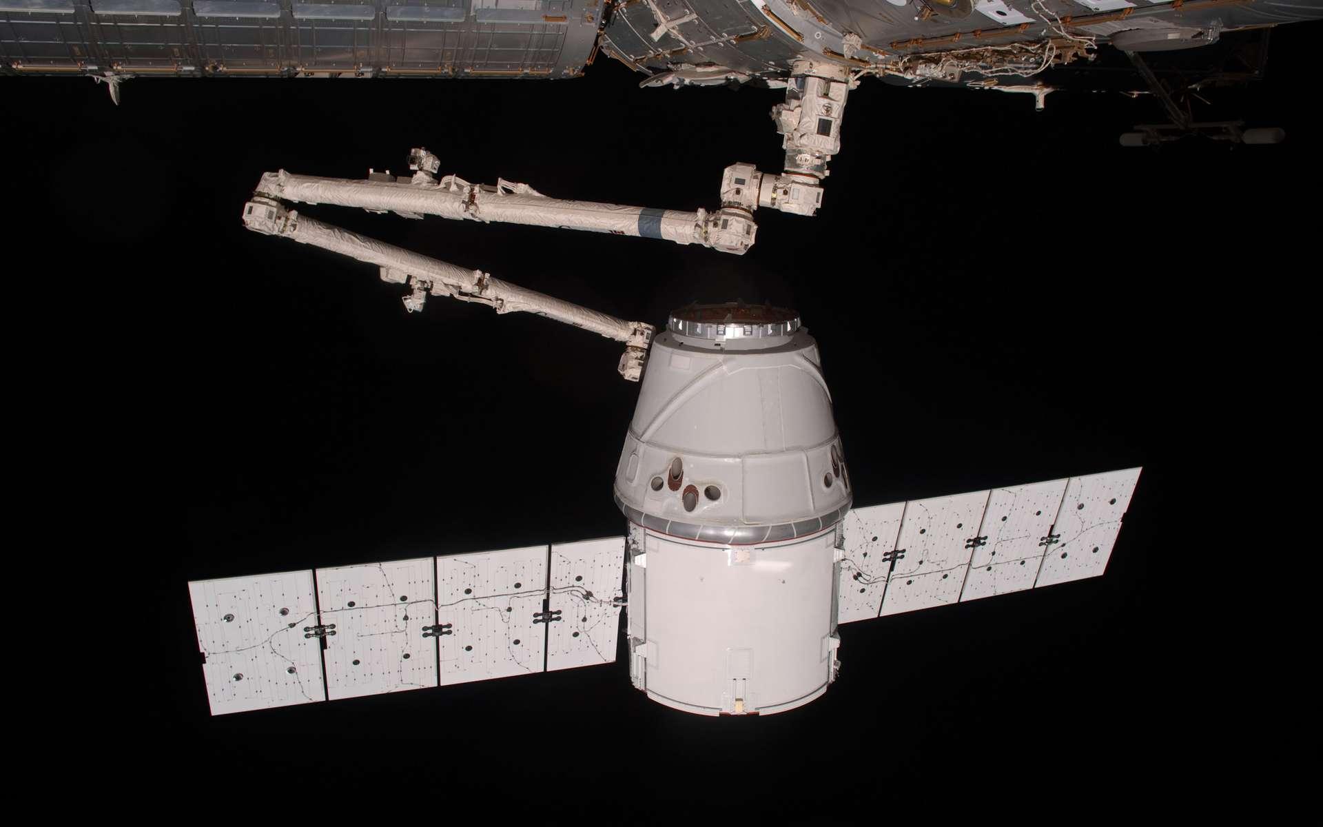 Arrivée au terme de sa mission, la capsule Dragon s'apprête à revenir sur Terre lors d'une rentrée contrôlée. La capsule de SpaceX ne sera pas réutilisée mais exposée comme le premier véhicule spatial privé à s'être amarré à la Station spatiale internationale. © Nasa