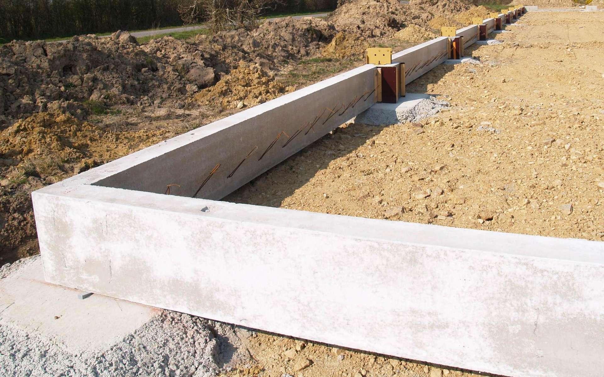 Longrines de fondations préfabriquées en béton armé. © Maison Bleue