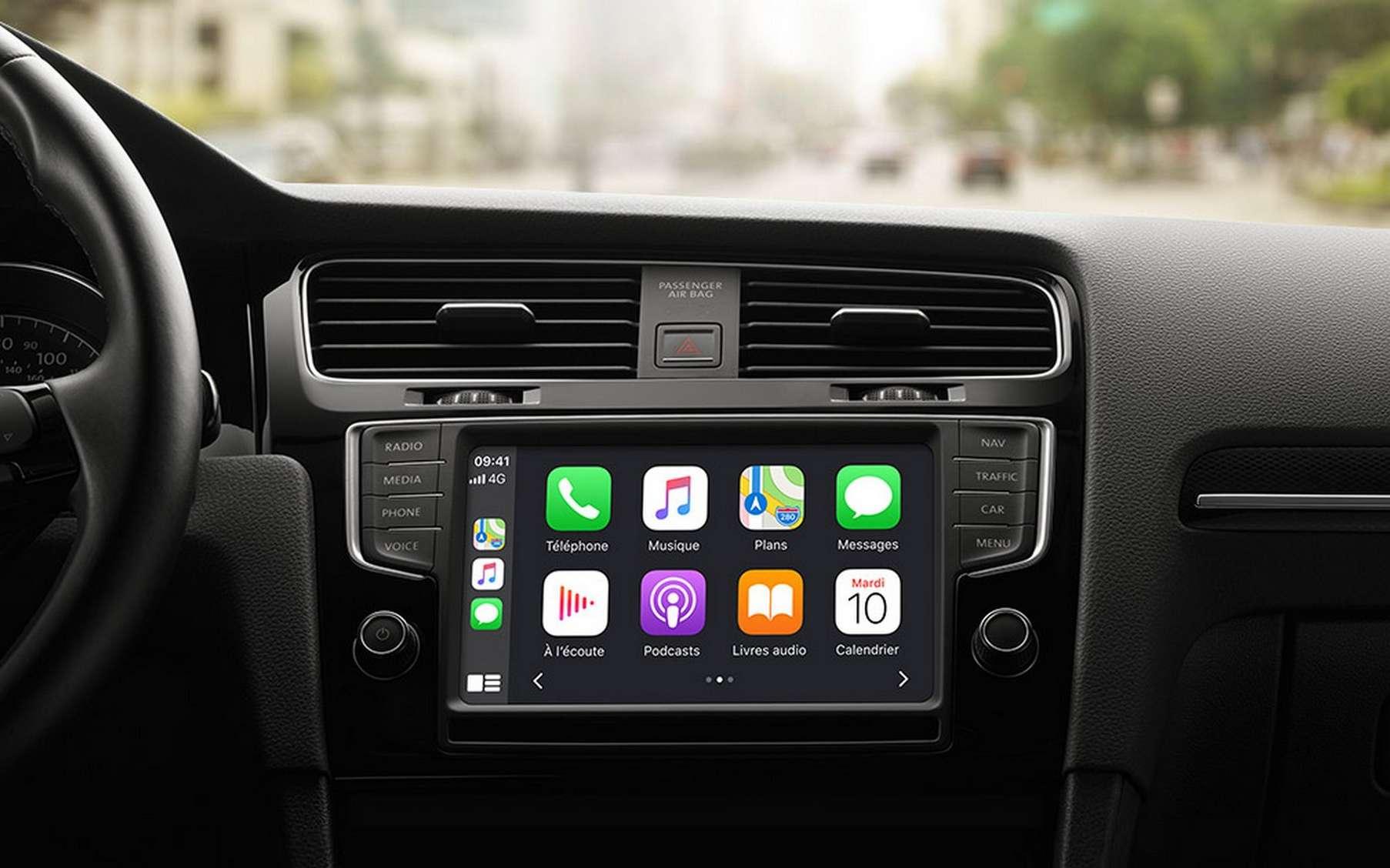 Apple est déjà présent dans les systèmes multimédia des voitures avec CarPlay, la version embarquée d'iOS. © Apple