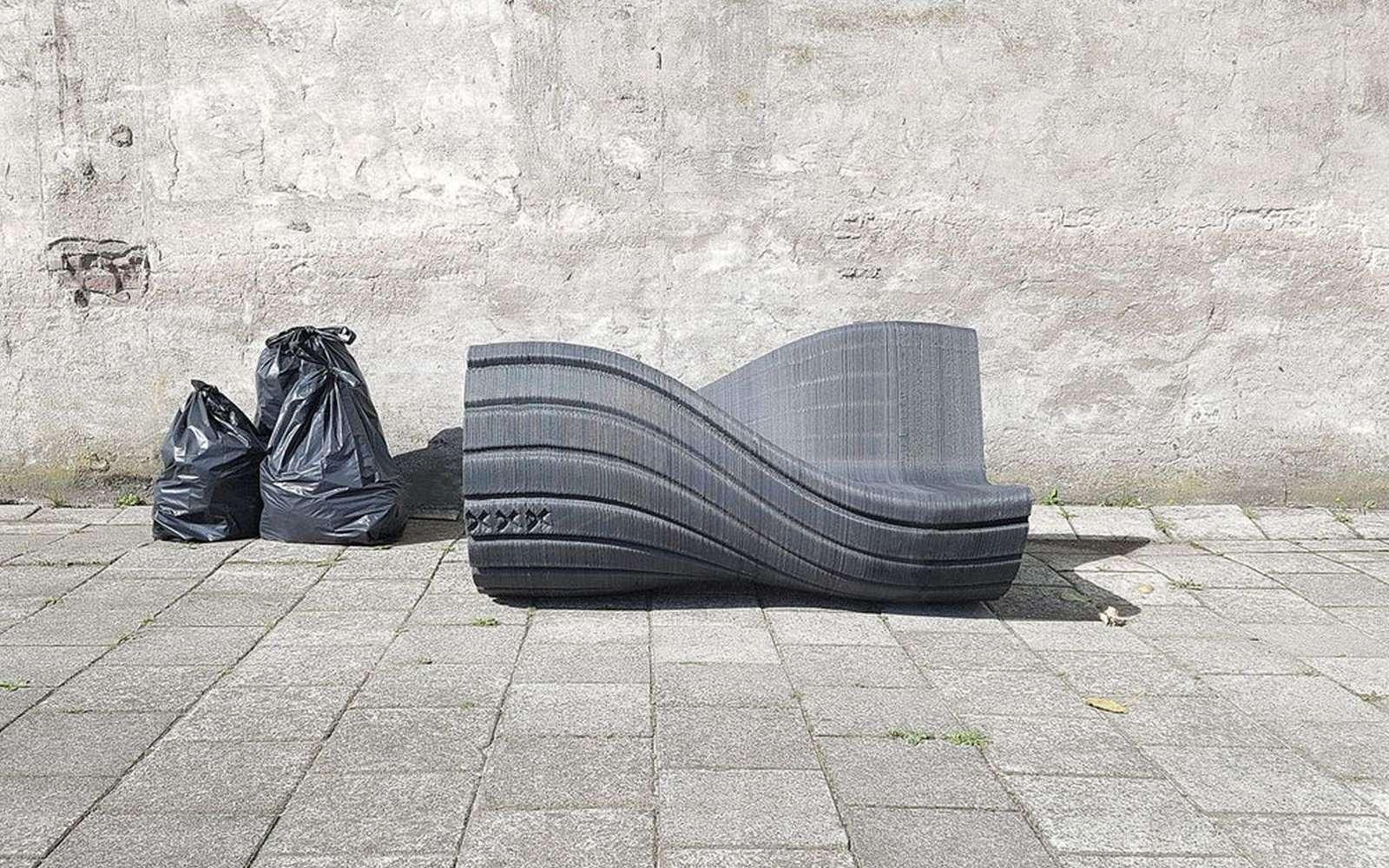 Des déchets plastique recyclés en mobilier urbain, c'est possible ? Ici, le banc « XXX » conçu par le cabinet The New Raw. Il a été fabriqué par impression 3D à partir de granulés de plastique recyclé équivalent à la production annuelle de deux personnes vivant à Amsterdam. © The New Raw