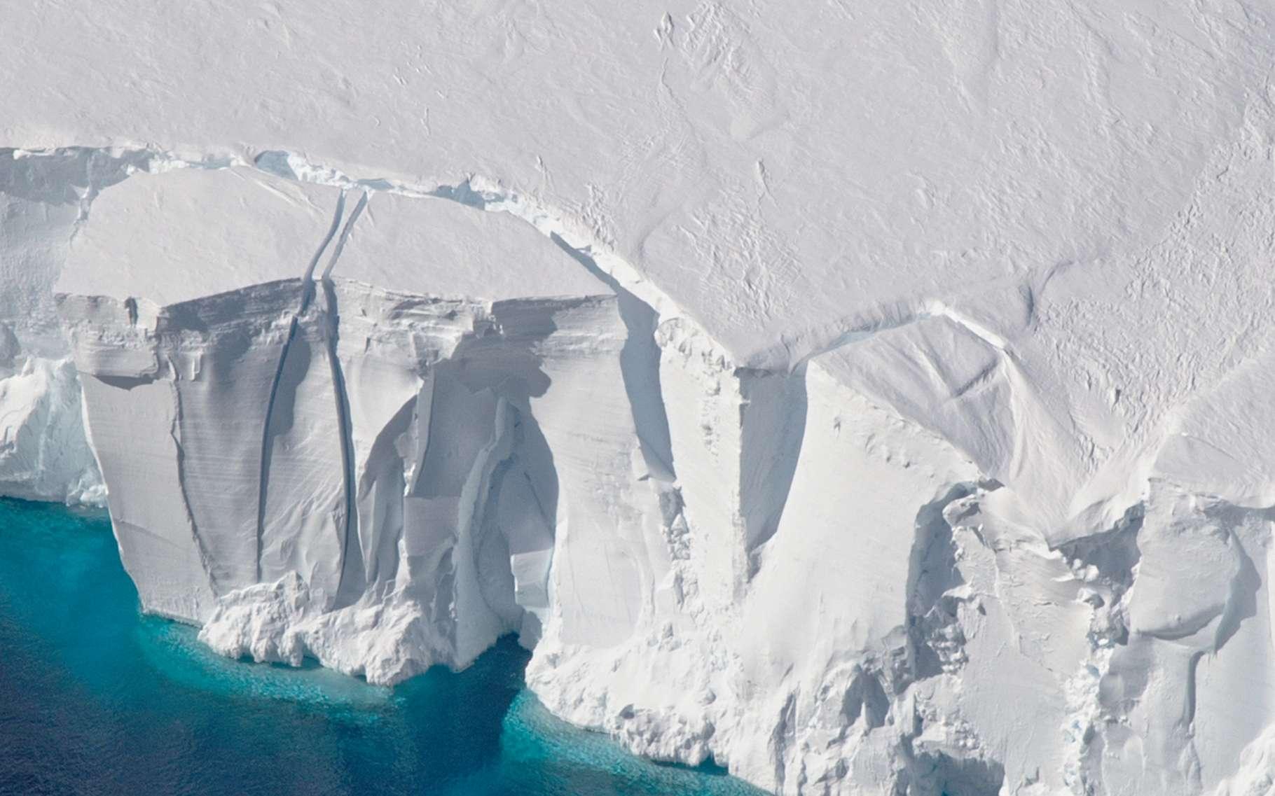 Une étude montre que le réchauffement climatique pourrait amener l'Antarctique à fondre de manière irréversible. Ici, la barrière de Getz, dans l'ouest de l'Antarctique, sur le point de libérer un glacier. © Jeremy Harbeck, Nasa