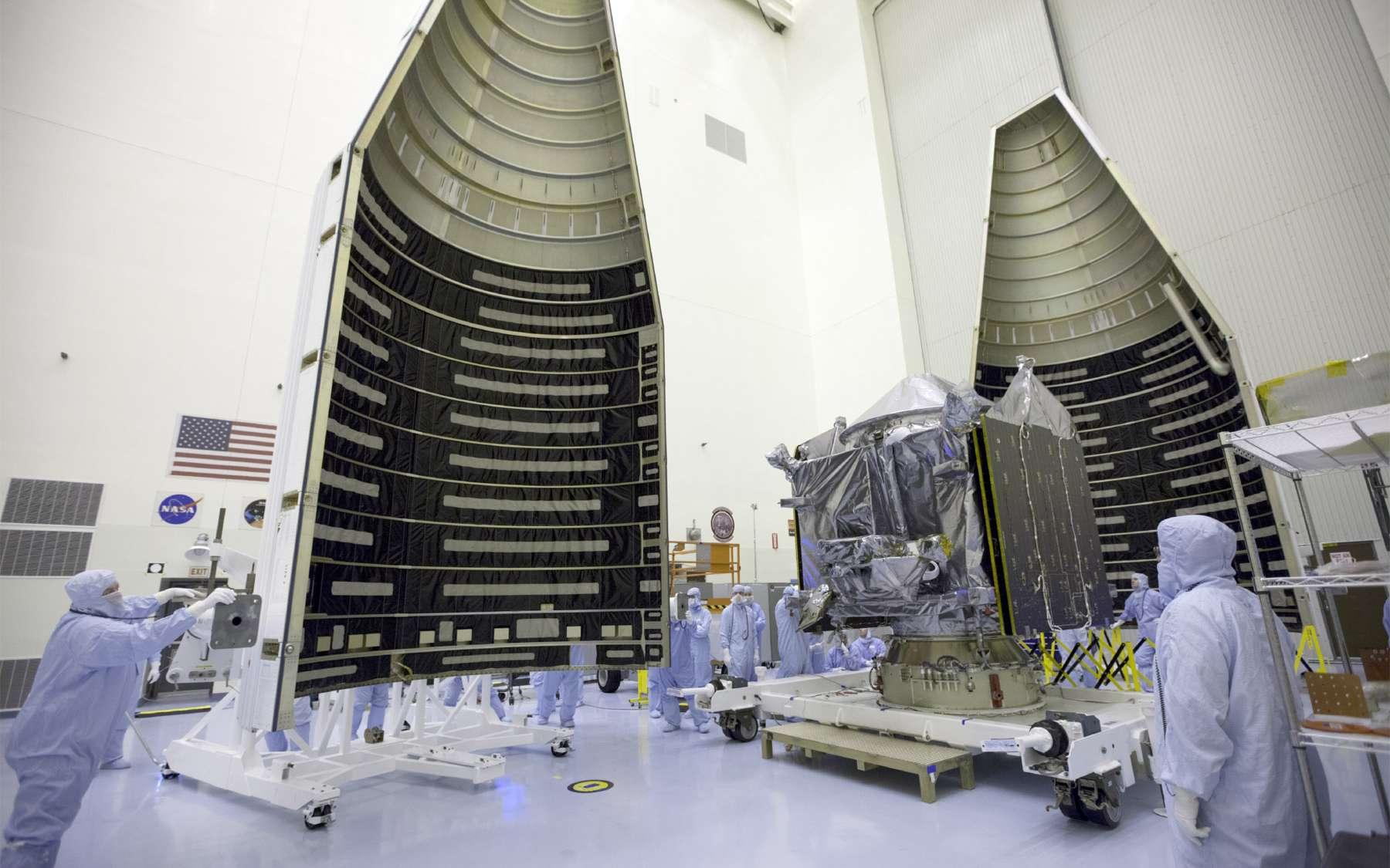 Maven est ici vue lors de son installation dans la coiffe du lanceur, une Atlas V. Avec une masse au lancement de quelque 2.550 kg, il n'est pas nécessaire d'équiper l'Atlas V de propulseurs d'appoint. © Kim Shiflett, Nasa