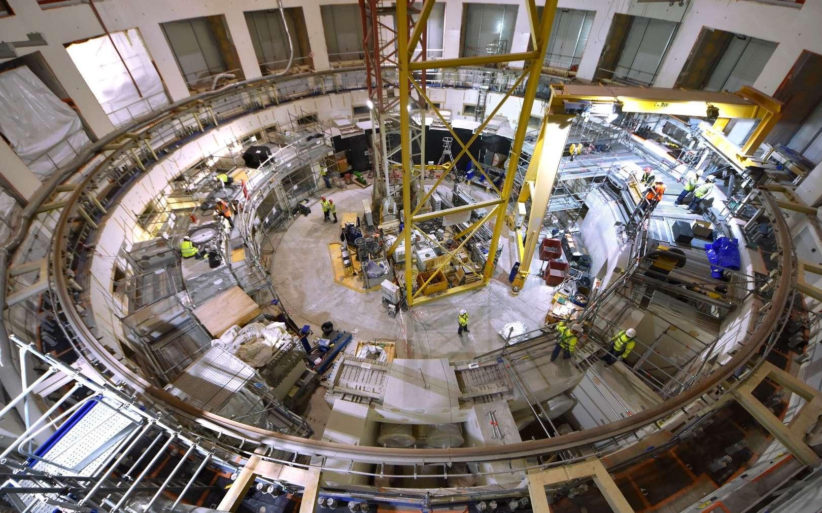 La maîtrise de la fusion contrôlée est indispensable à l'humanité pour affronter les défis de la seconde moitié du XXIe siècle. Dans la fosse d'assemblage d'Iter, les ancrages de la machine et du « thermos » géant qui l'enveloppe (le cryostat) étaient en cours d'installation en 2019. © 2019, Iter Organization