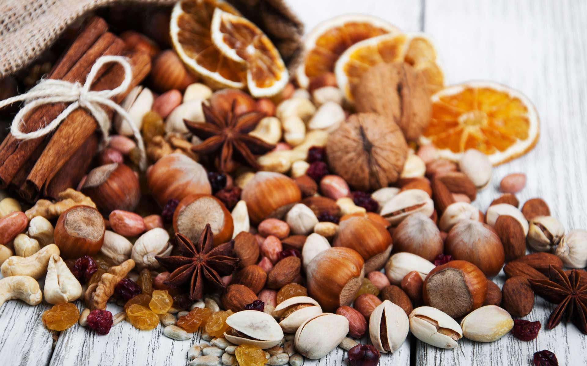 D'après une étude, les personnes qui consomment des noix deux fois ou plus par semaine présentent un risque de décès cardiaque réduit de 17 %. © Almaje / IStock.com