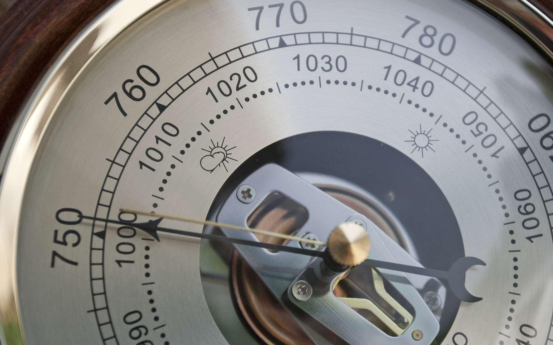 Le baromètre permet de mesurer la pression atmosphérique et, par extension, d'estimer le temps qui s'annonce. © Sergey Tarasenko, Shutterstock