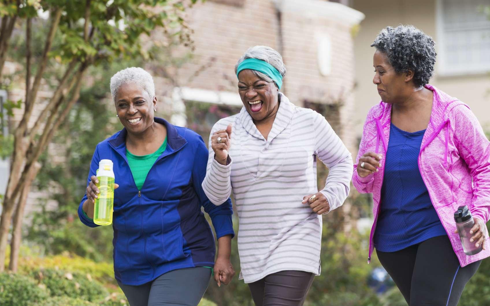La marche est une activité physique bonne pour la santé. © Susan Chiang, Istock.com