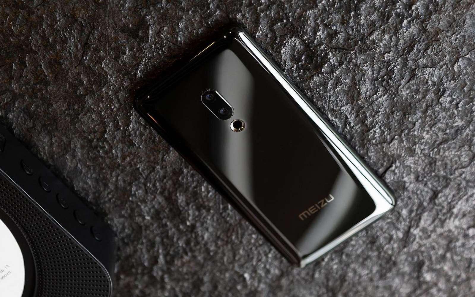 Seuls les capteurs photo apparaissent sur la coque très design de ce smartphone d'un nouveau genre. © Meizu