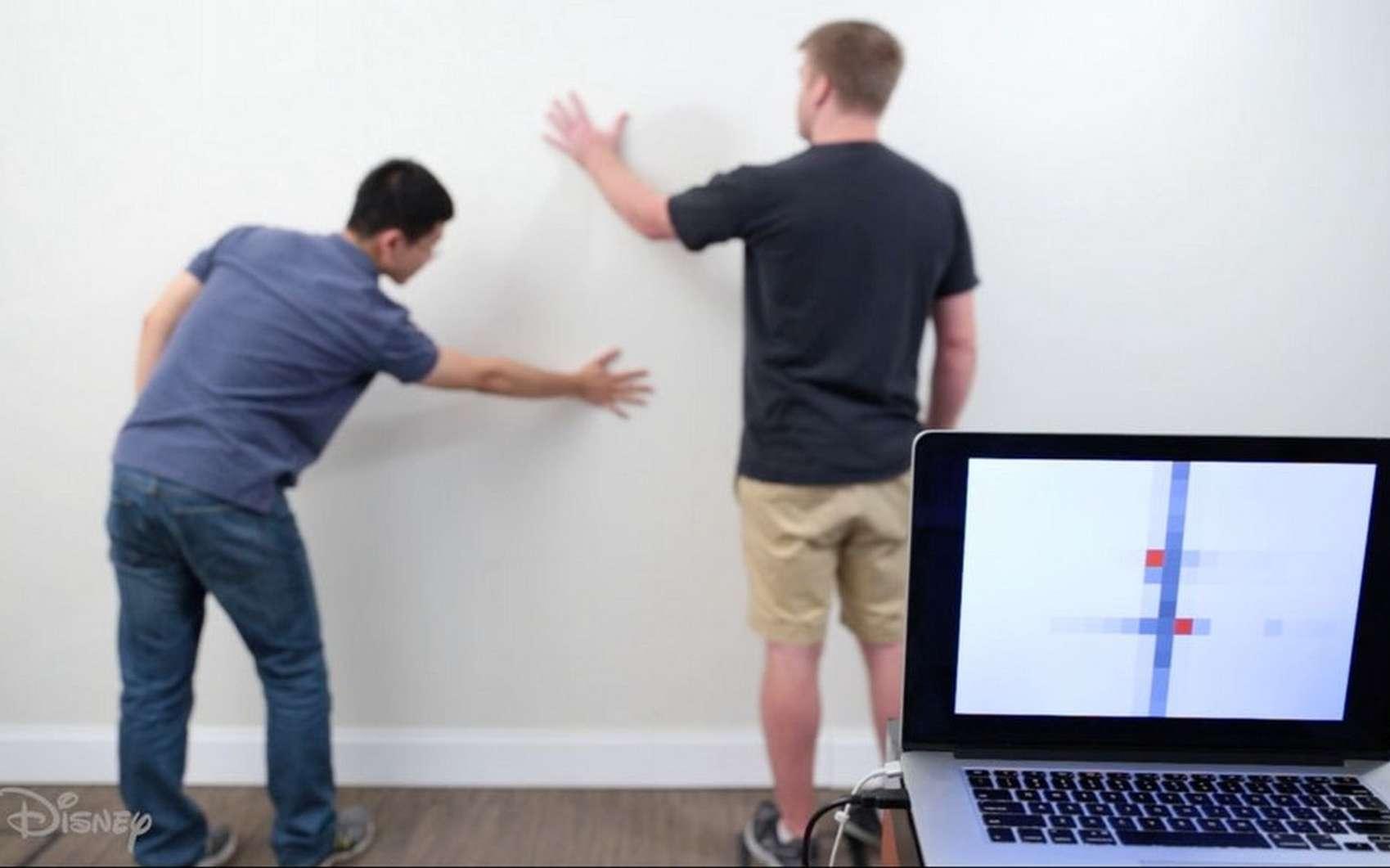 Le dispositif imaginé par Disney Research et l'université Carnegie Mellon transforme n'importe quel mur en pavé tactile. © Disney Research, CMU