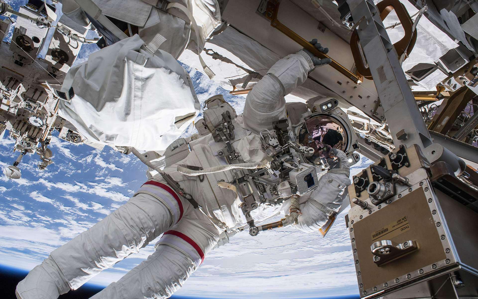 L'astronaute Drew Feustel de la Nasa lors d'une sortie extravéhiculaire à l'extérieur de la Station spatiale internationale. © Nasa