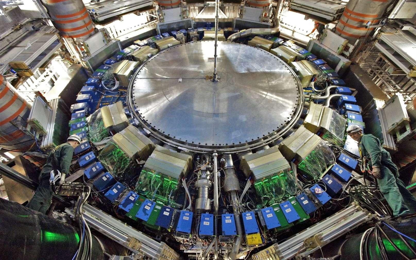 Des ingénieurs travaillant dans la caverne expérimentale d'Atlas durant l'arrêt technique planifié du LHC, en janvier 2011. © Cern, Claudia Marcelloni