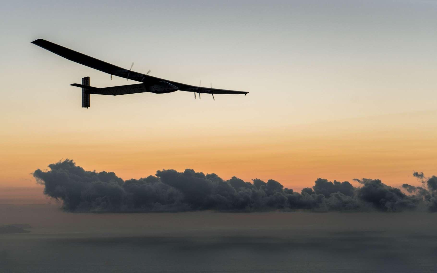 L'avion solaire SI2 lors d'un vol d'essai à Hawaï, le 26 février 2016. La photo a été prise avant la reprise du tour du monde, qui avait été interrompu l'été précédent, après des problèmes techniques survenus lors de la longue traversée de cinq jours depuis le Japon. © Solar Impulse, Revillard, Rezo.ch