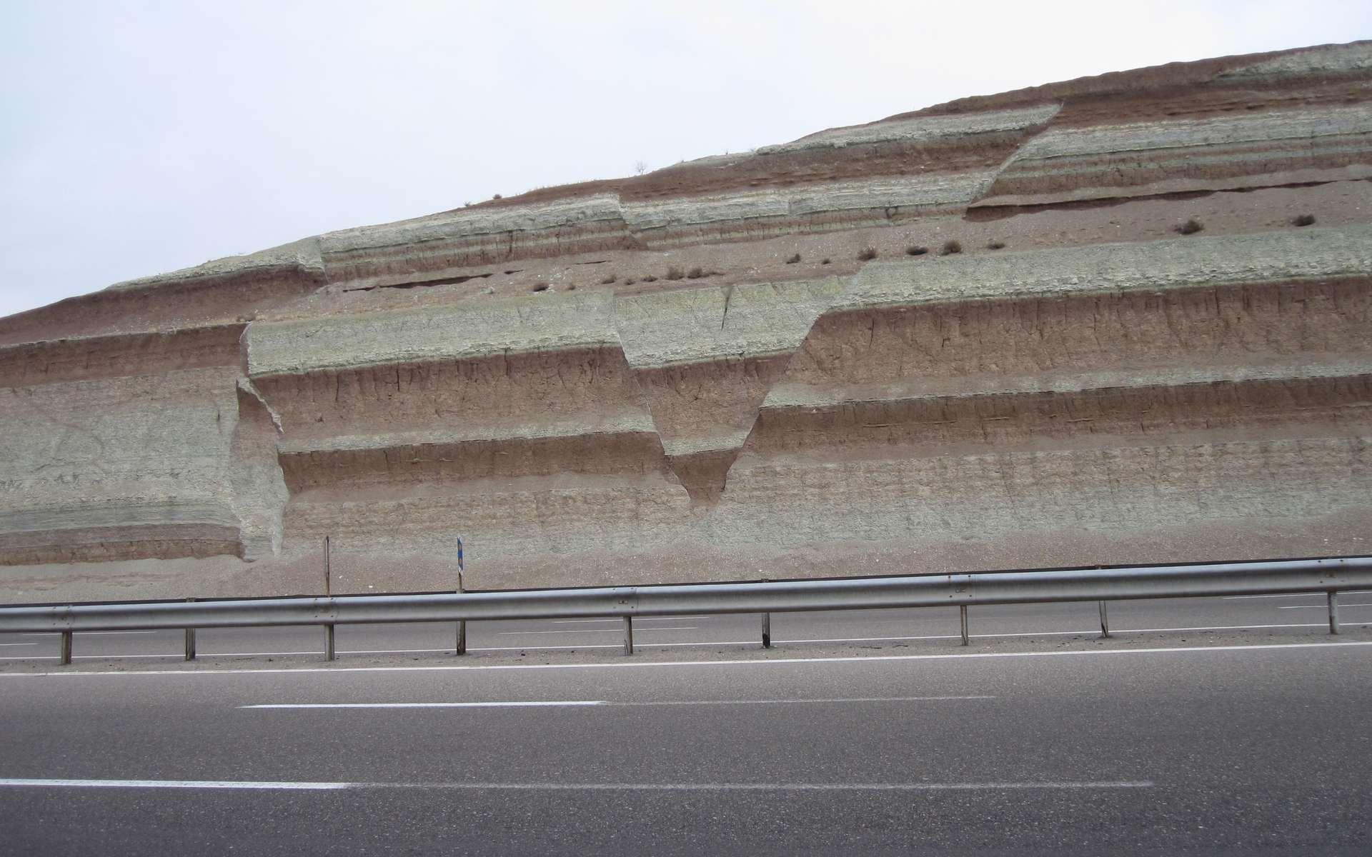 Failles affectant la stratification régulière de roches sédimentaires, marqueur d'un événement tectonique. © Babak Hejrani, imaggeo.egu.eu