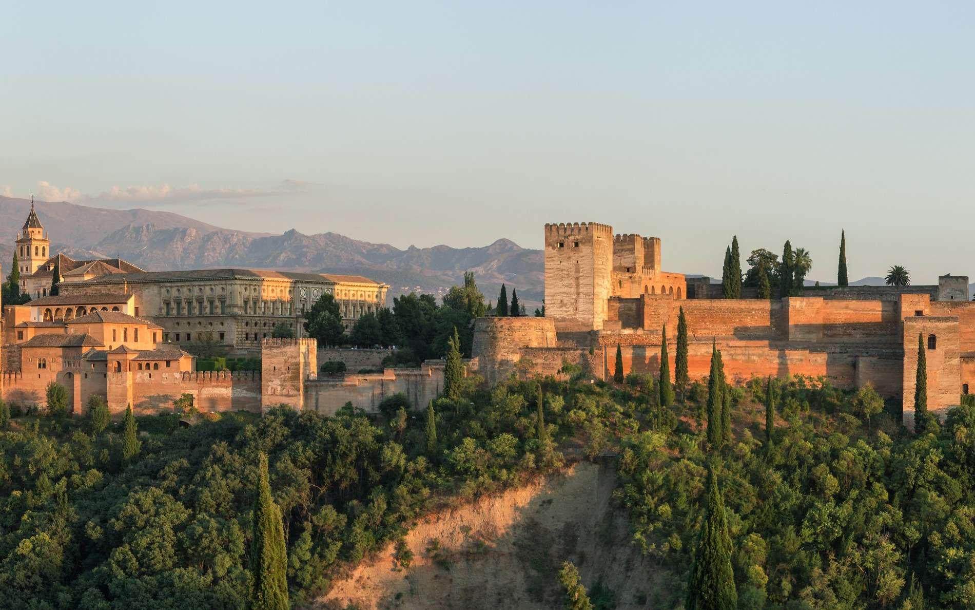 Vue de l'Alhambra de Grenade, depuis le quartier ancien de l'Albaicin ; ensemble palatial du XIIIe siècle (mais fondation plus ancienne), monument majeur de l'architecture arabo-musulmane, classée au patrimoine mondial de l'UNESCO. © Wikimedia Commons, domaine public.