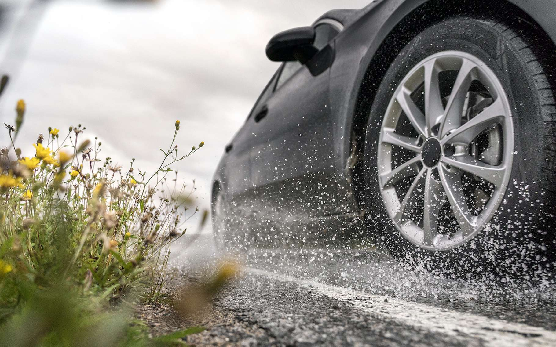 Lorsque la pluie tombe, le risque d'aquaplaning augmente. Mais il existe quelques astuces qui permettent de le limiter. © Nokian Tyres