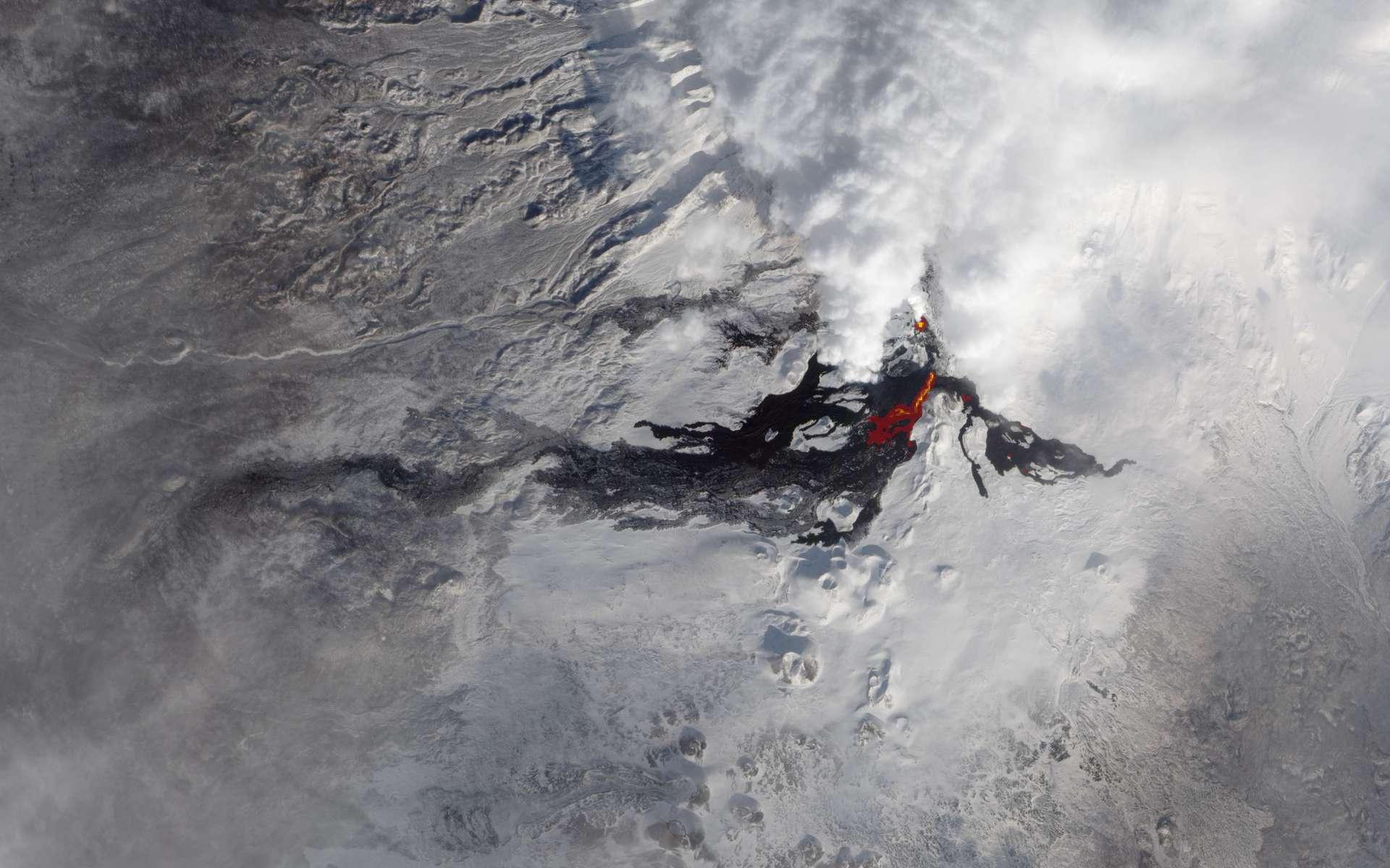 Éruption du volcan Tolbachik, dans la péninsule du Kamtchatka en Russie. © Nasa